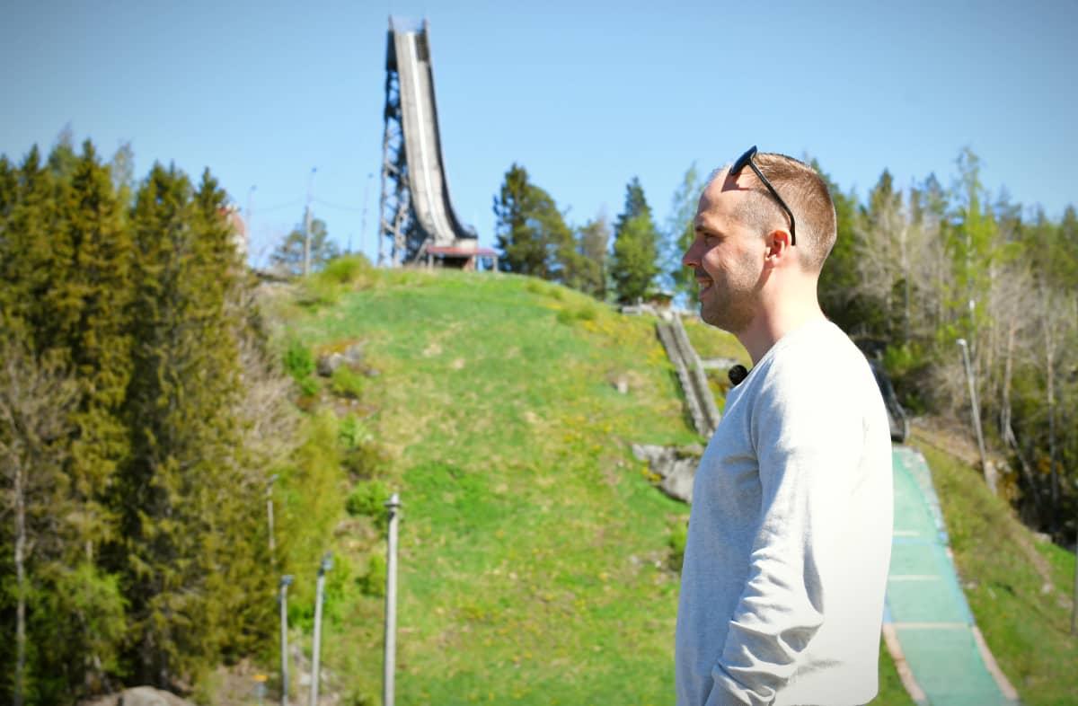 Martin Norrgård på skidcentret med hoppbacken i bakgrunden