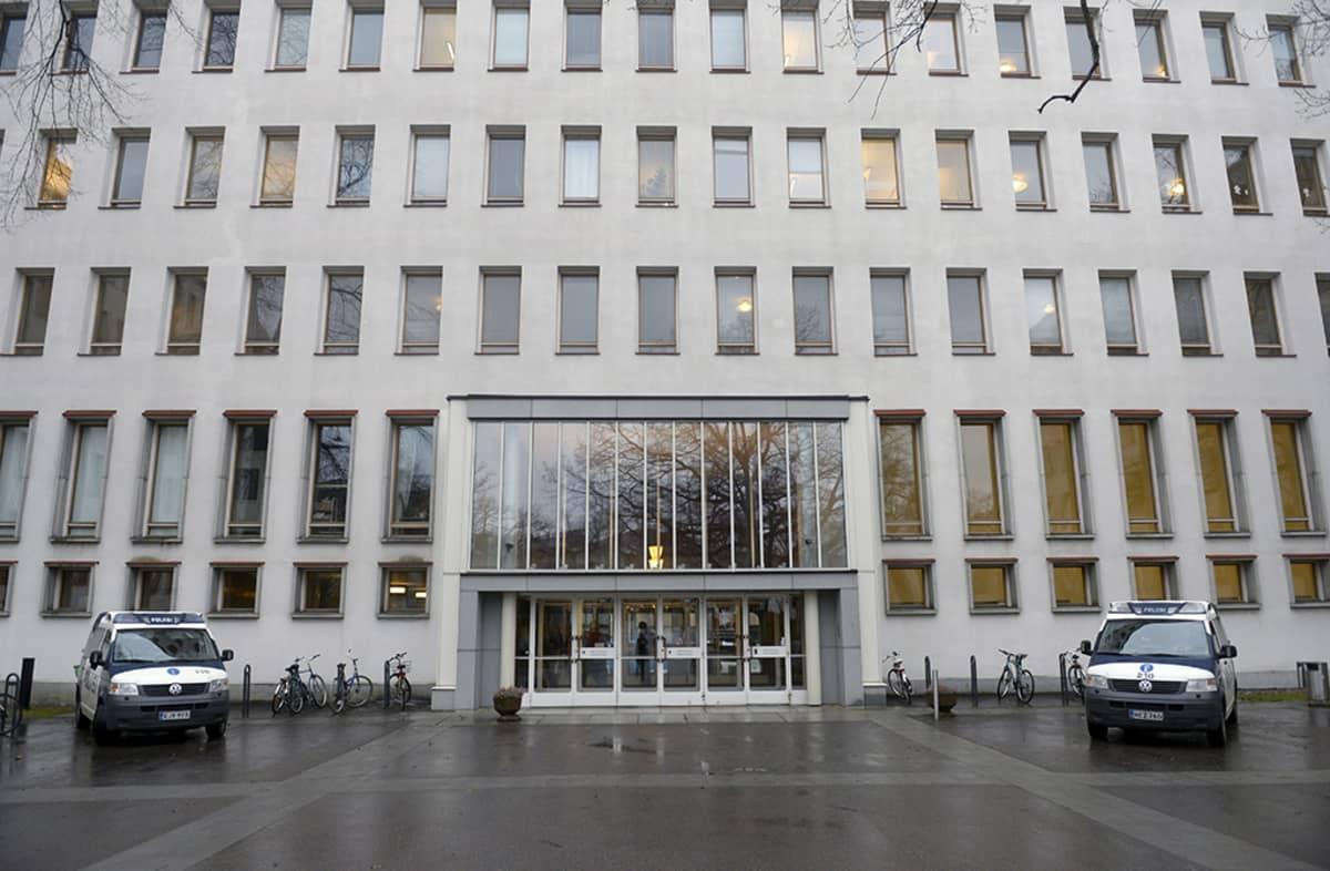 Poliisi turvasi Helsingin yliopistolla Metsätalossa järjestettyä satiiria ja sananvapautta käsittelevää paneelikeskustelua maanantaina.