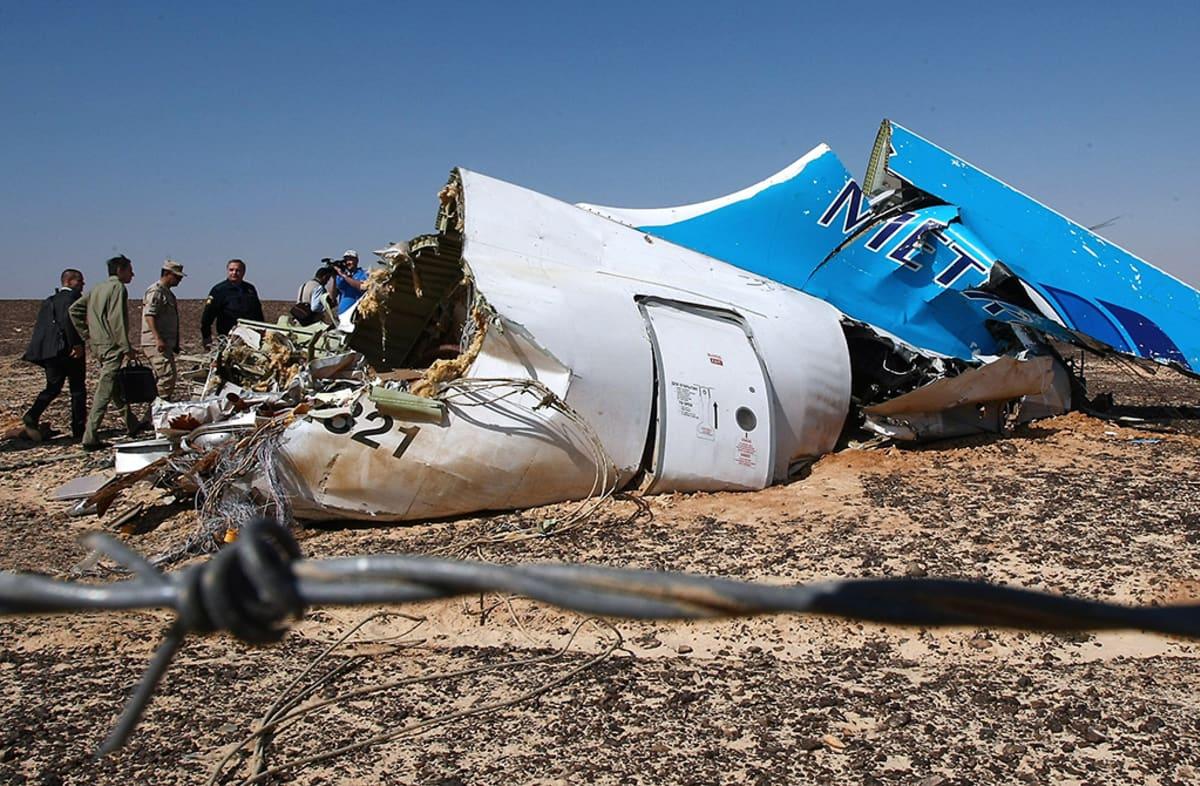 Venäjän hätätilaministeriön välittämässä kuvassa näkyy A321-matkustajakoneen pyrstöosan jäännöksiö Siinain niemimaalla 1. marraskuuta 2015.