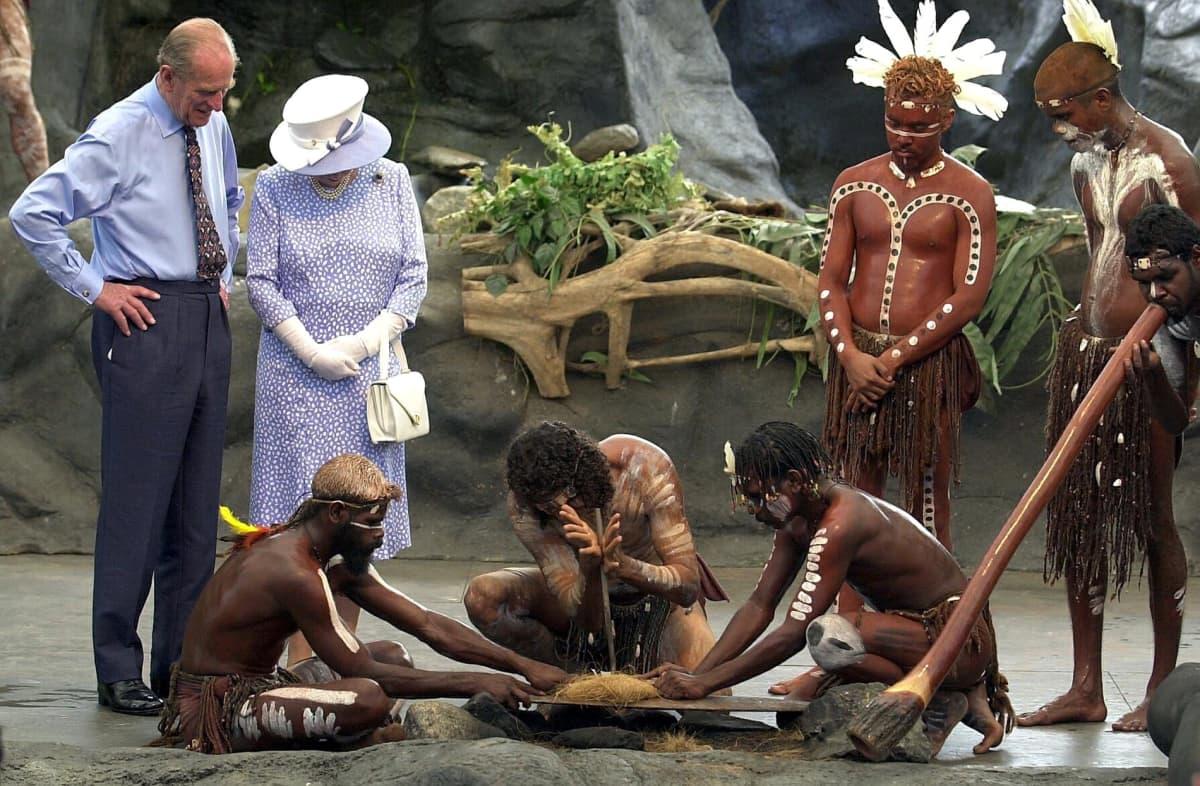 Kuninkaalliset vierailivat Australiassa Tjapukain kulttuurikeskuksessa.