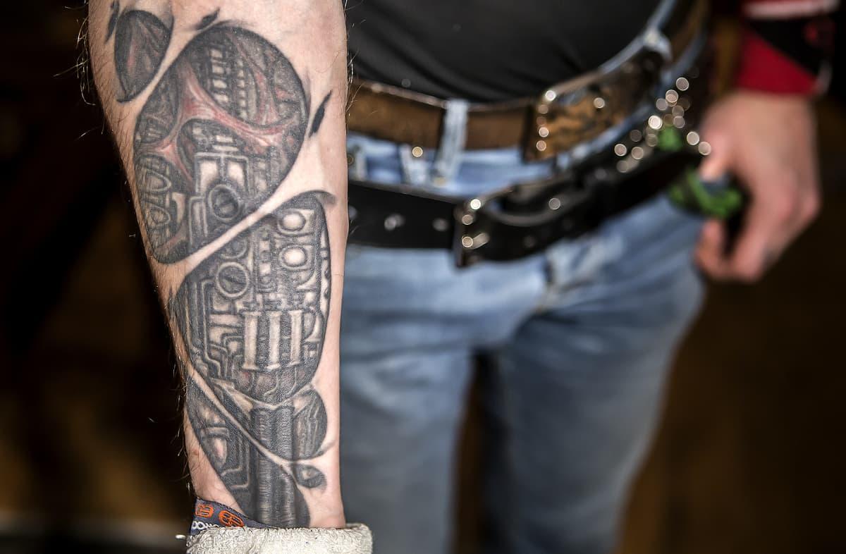 Lappeenrantalaisen Anssi Kipon kädessä oleva tatuointi esittää Terminator-elokuvista tutun kyborgin mekaanista kättä.