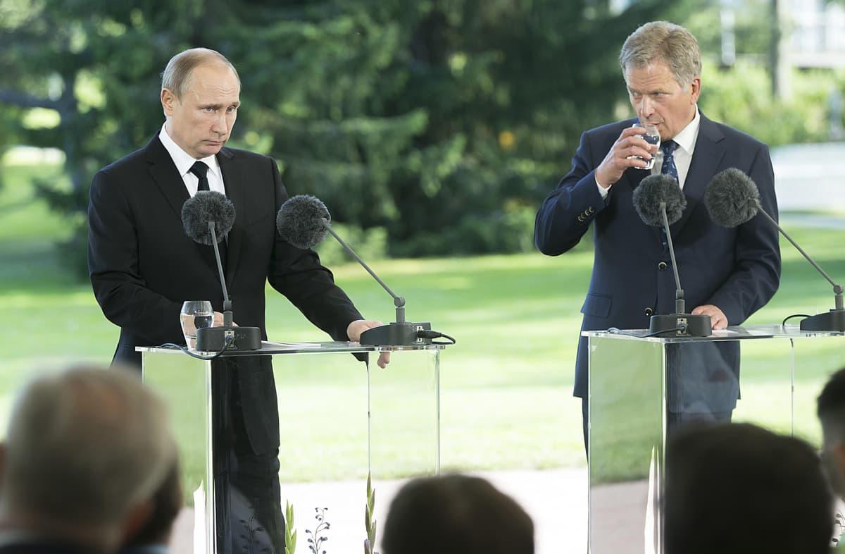 Vladimir Putin ja Sauli Niinistö tiedotustilaisuudessa Kultarannassa perjantaina