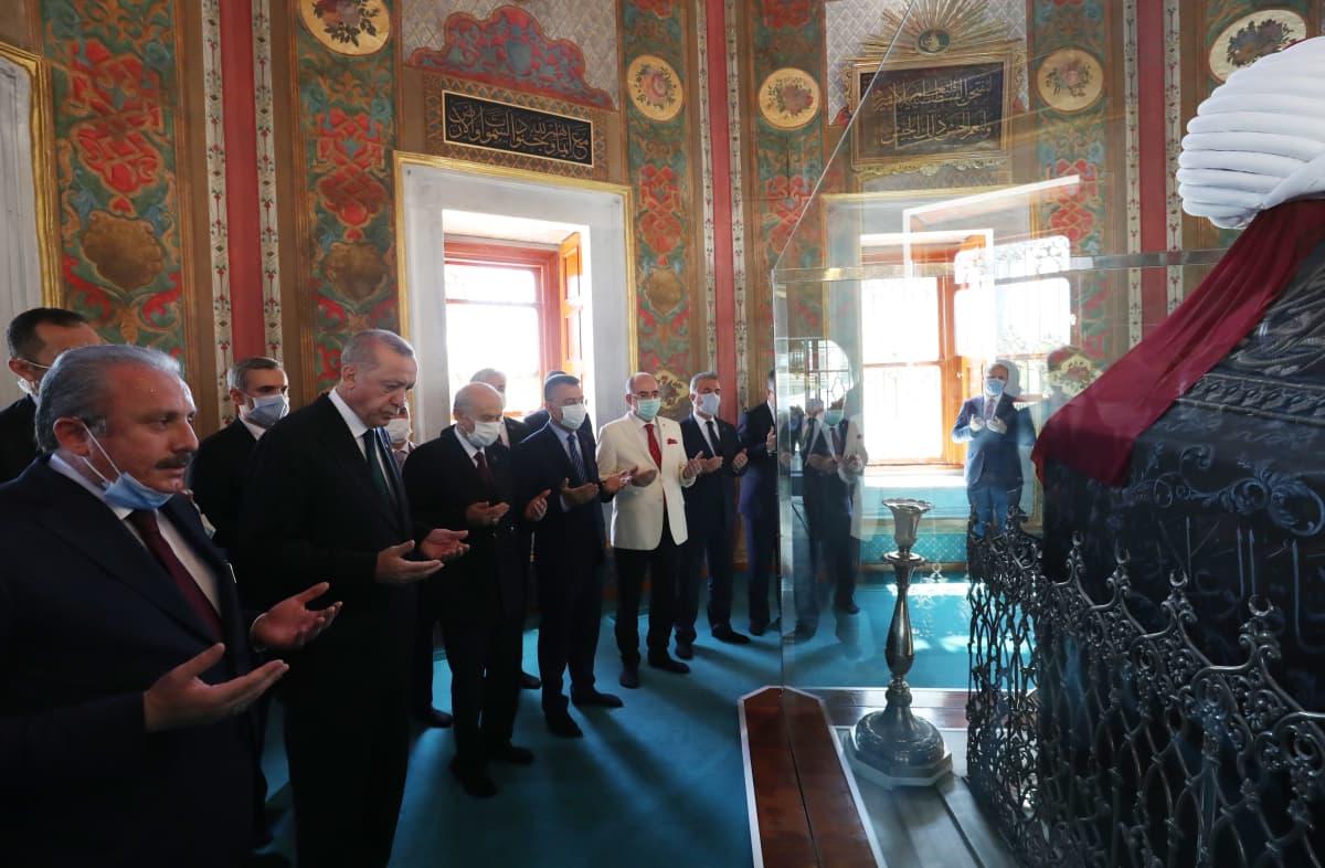 Erdogan ja joukko muita miehiä sisällä Hagia Sofiassa rukoilemassa.