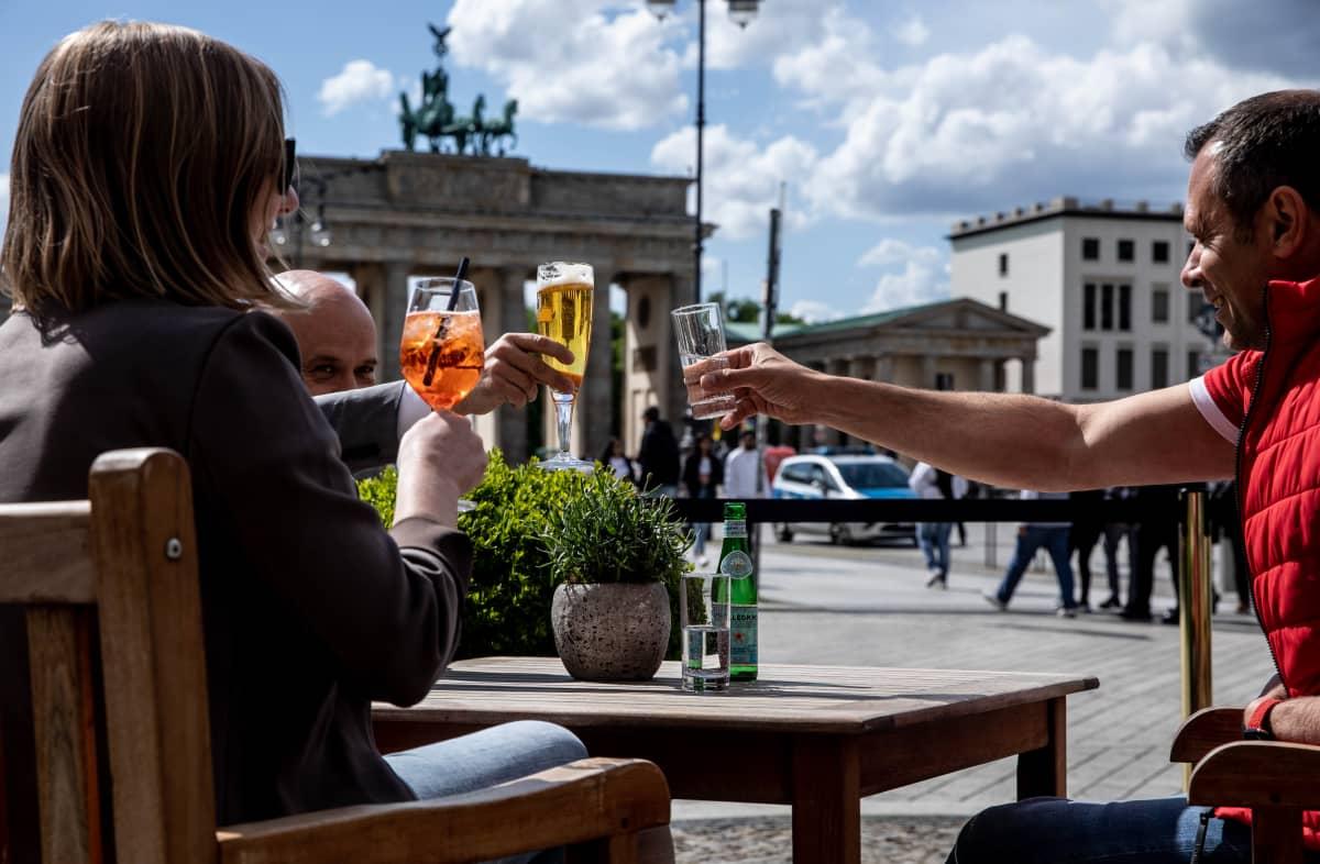 Asiakkaat skoolaavat taustalla Brandenburgin portti.