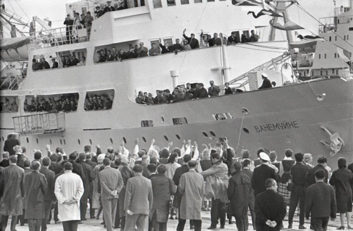 Suomen ja Viron välinen laivaliikenne loppui vuonna 1939, mutta käynnistyi uudelleen heinäkuussa 1965. Vanemuine-laivan kyydissä olleiden suomalaisten mukana Viroon tuli suomalaisia lehtiä, kirjoja ja länsimaisia ajatuksia.