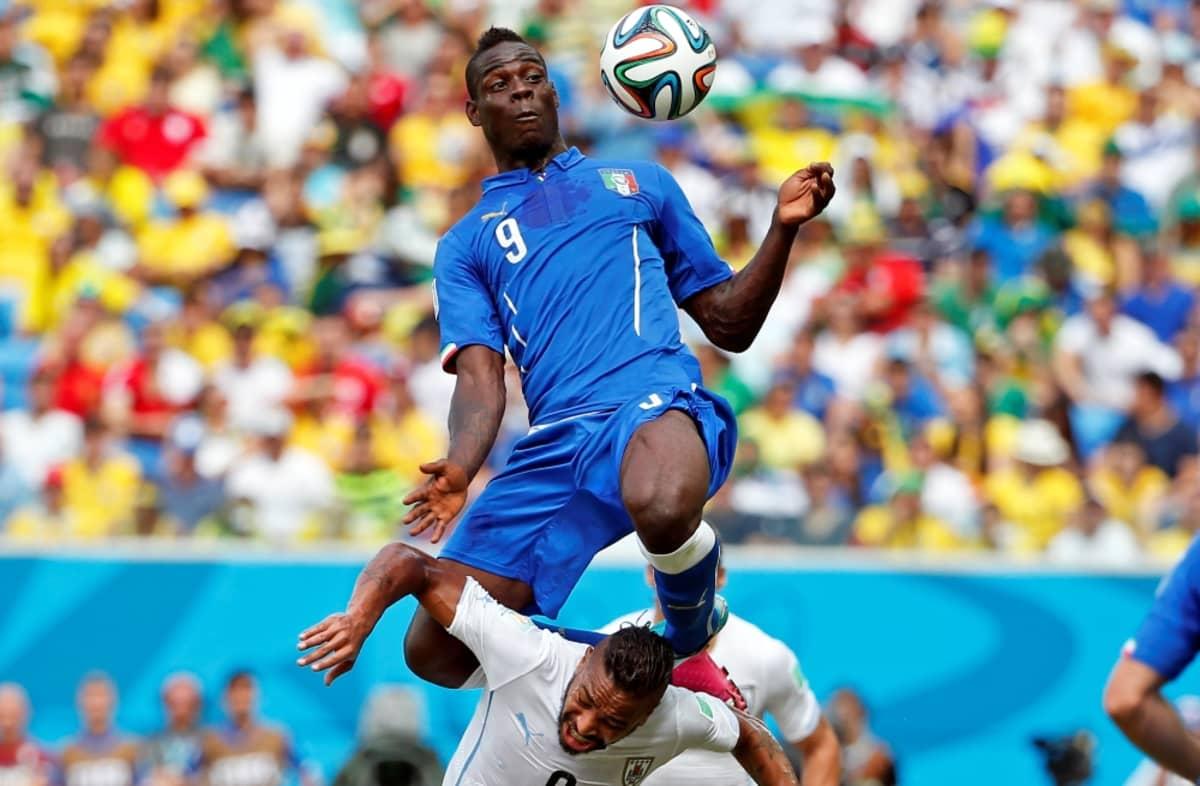 Italian Mario Balotelli ottaa pallon rinnalla haltuun.