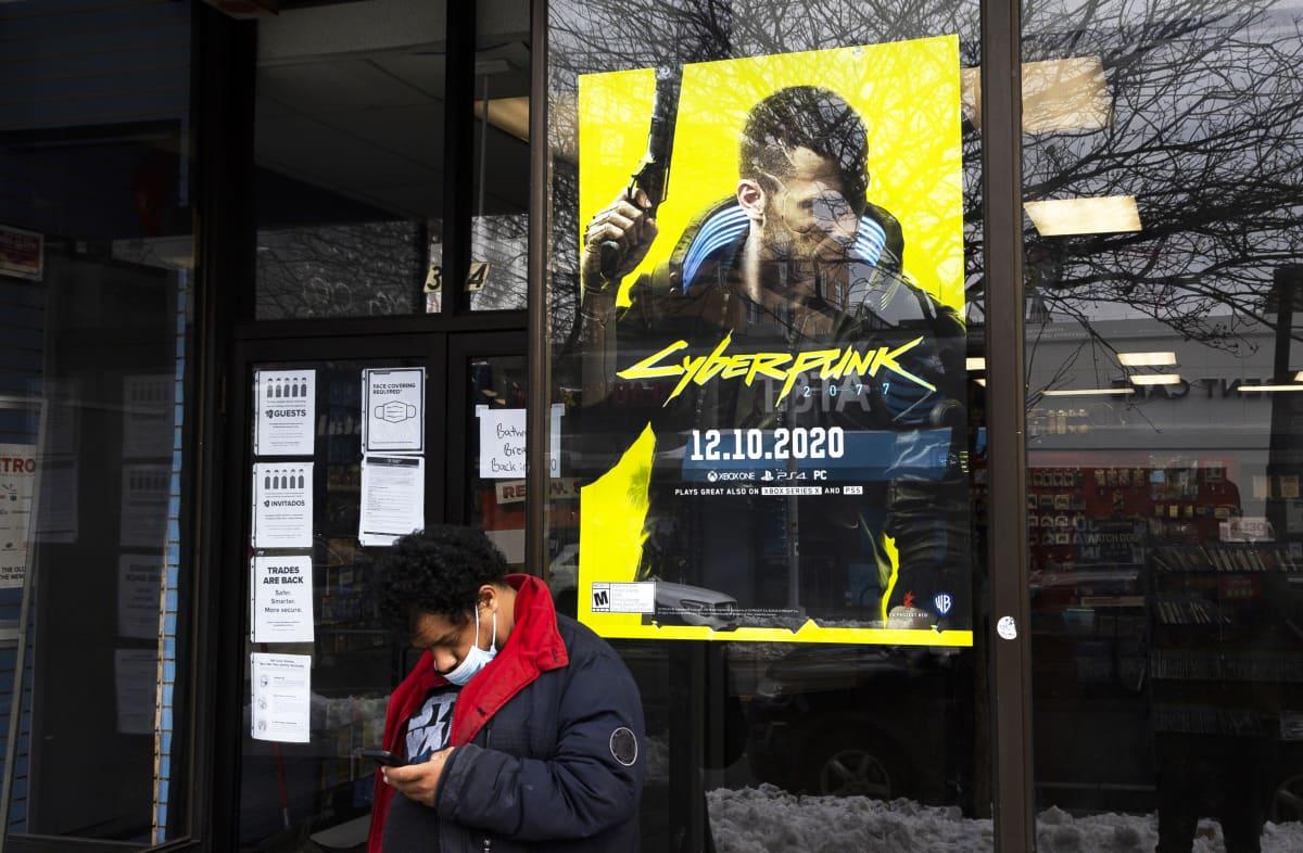Cyberpunk 2077 -pelin mainos liikkeen ikkunassa.