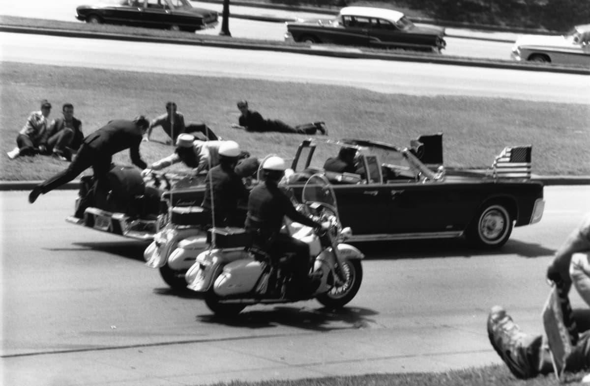 Presidentti Kennedyn autosaattue elokuvassa JFK.