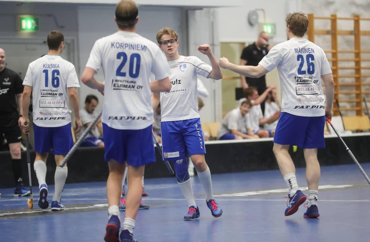 ÅIF juhlii maalia. Keskellä Oliver Sillanpää.