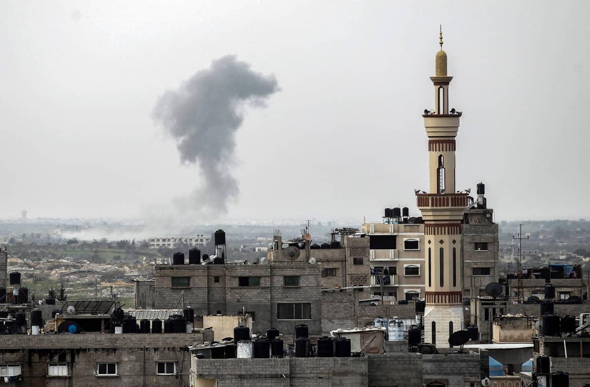 Savupilvi Egyptin puolella kuvattuna Rafafista Gazasta.