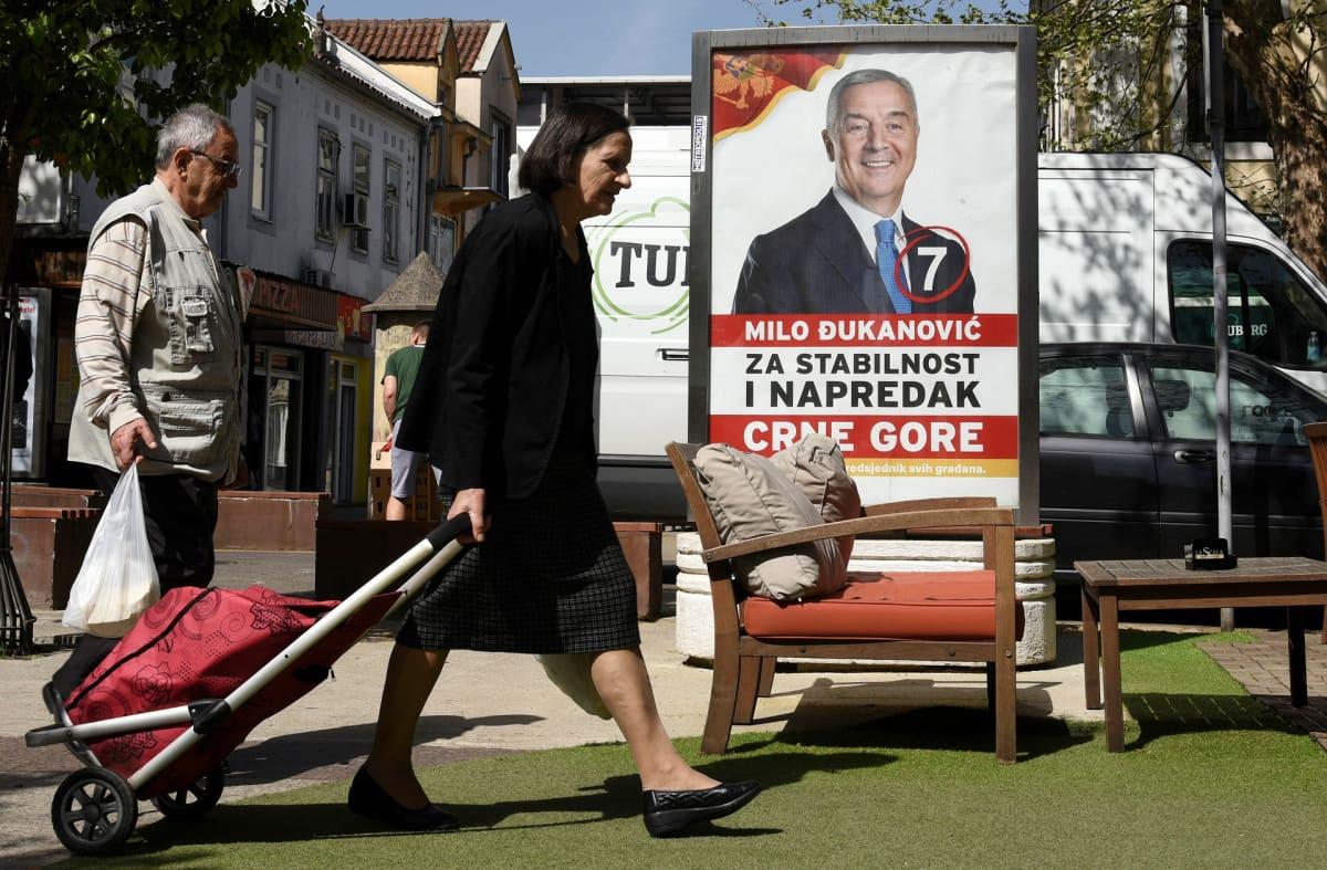 Presidentti Milo Djukanovicin vaalimainos Podgoricassa Montenegrossa.