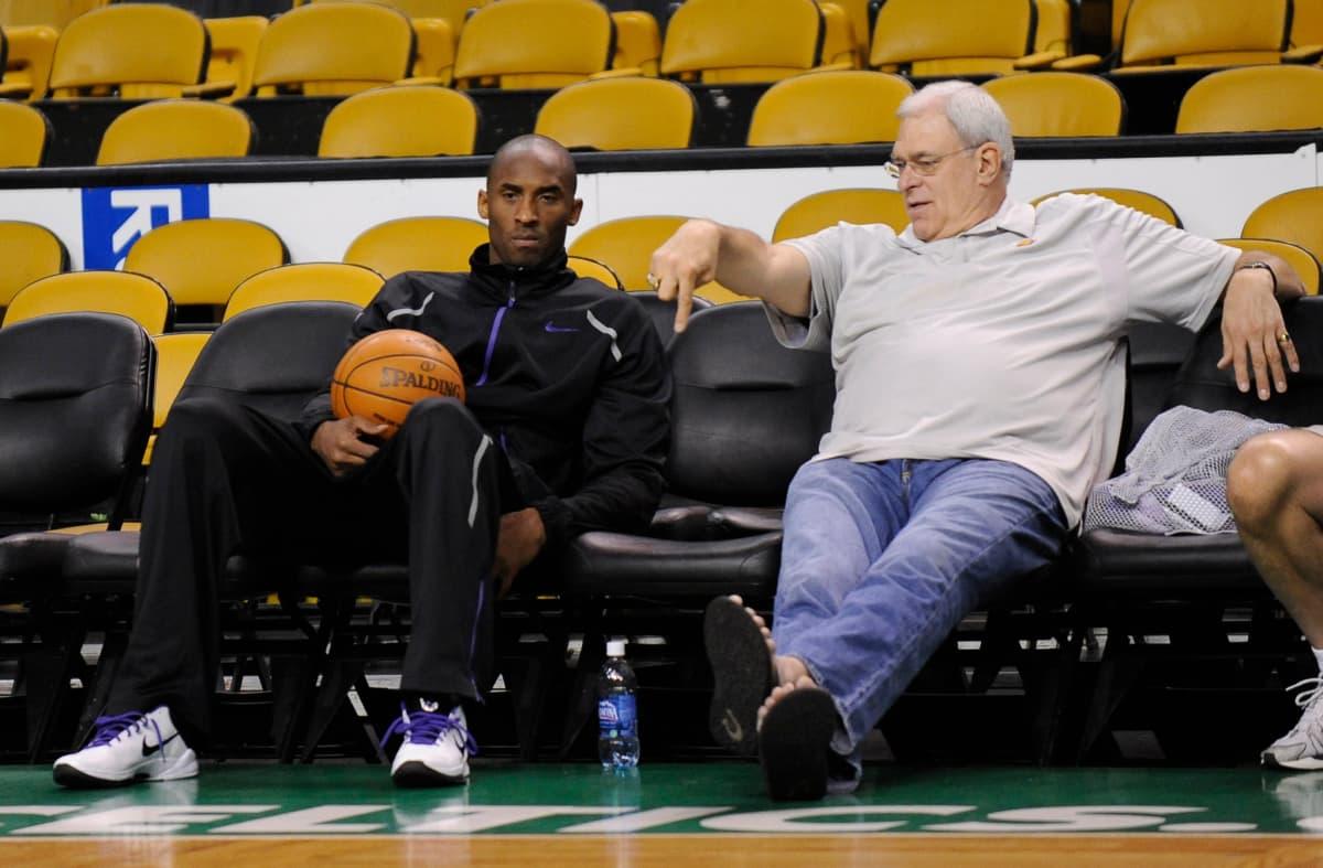 Los Angeles Lakersin Kobe Bryant ja päävalmentaja Phil Jackson istuvat vaihtopenkillä vuonna 2010.