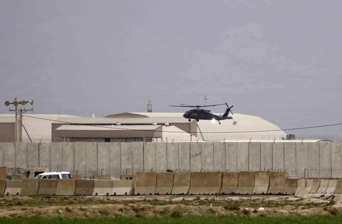 Kuvassa keskellä on musta Yhdysvaltojen helikopteri ilmassa. Taustalla näkyy Bagramin tukikohtaa.