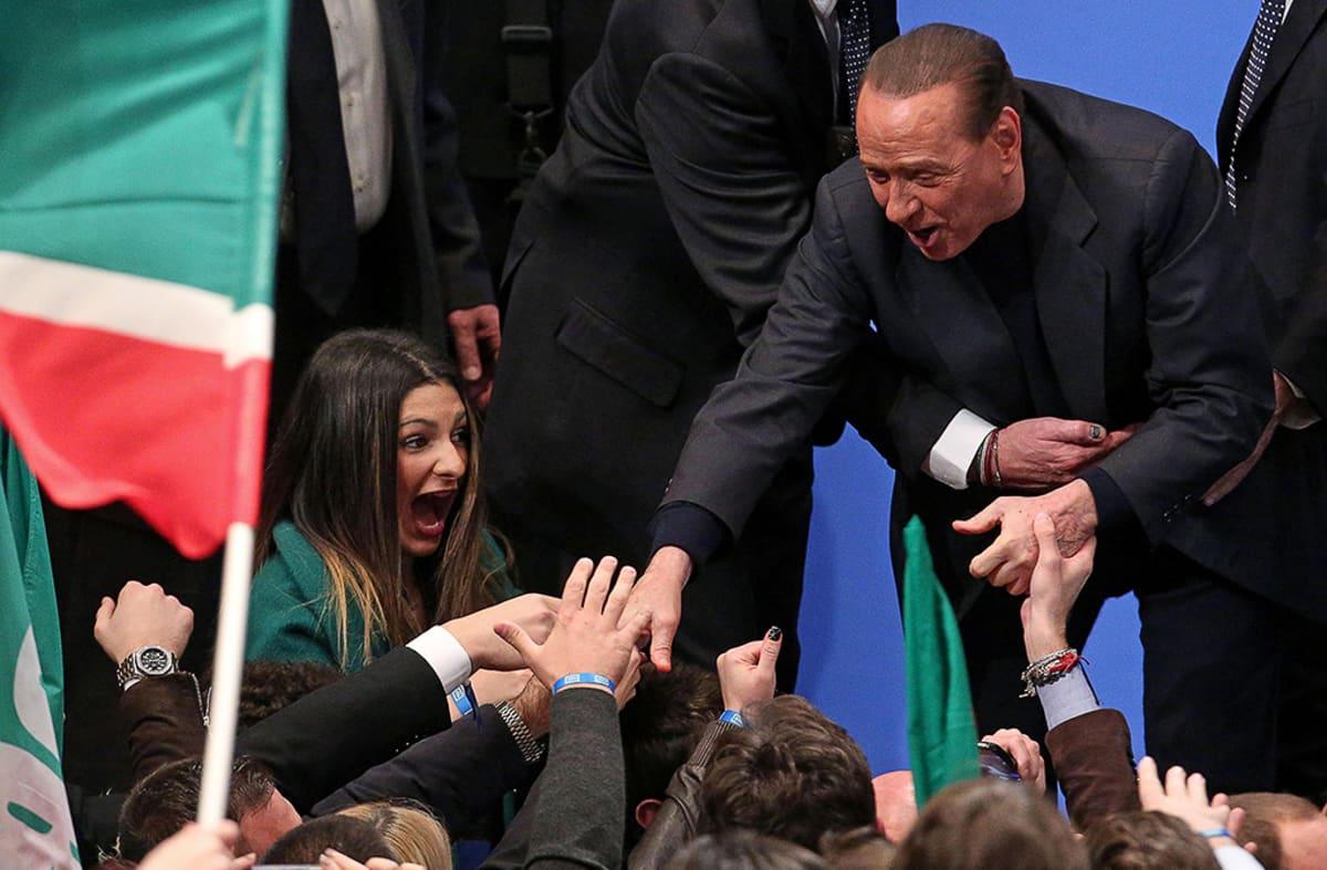 SIlvio Berlusconi tervehtii yleisöä ennen puhettaan Forza Italia -puolueensa nuorisojärjestön jäsenille Roomassa.