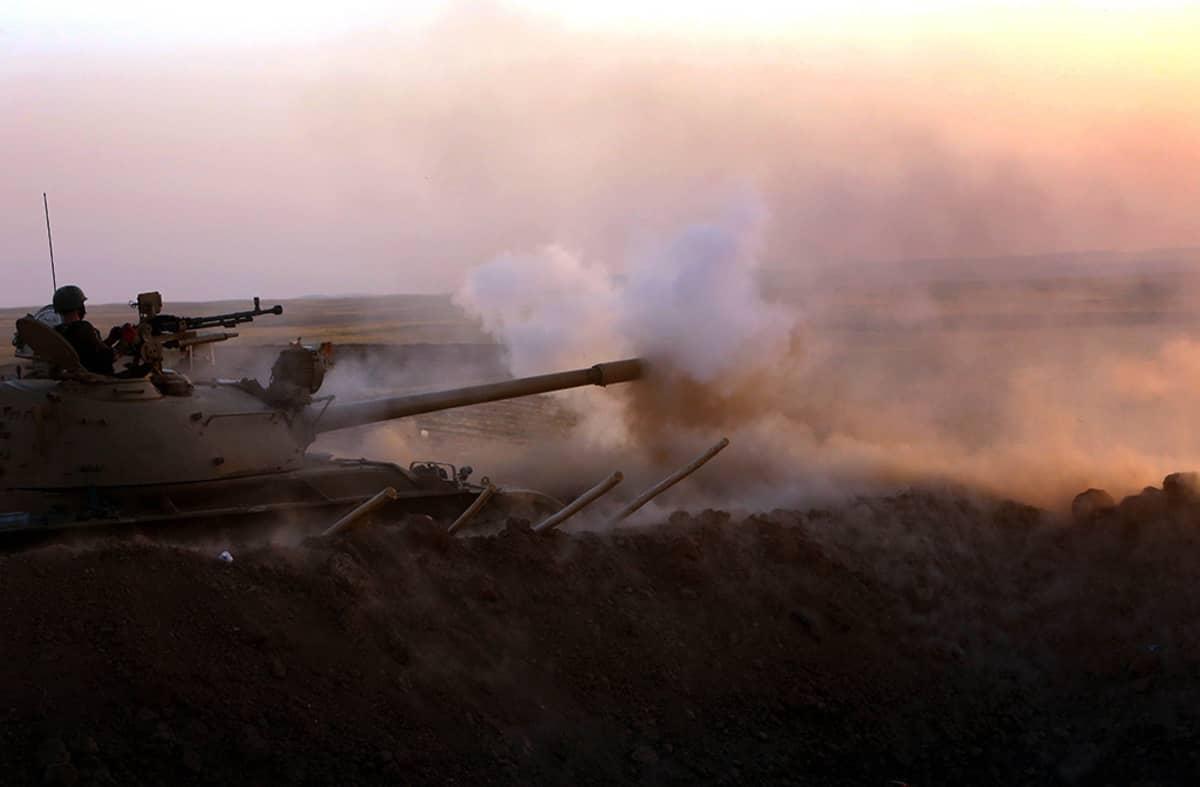 Kurdien peshmerga-taistelijat tulittavat Isis-joukkoja Pohjois-Irakissa sijaitsevasta Khazerista 14. elokuuta 2014.
