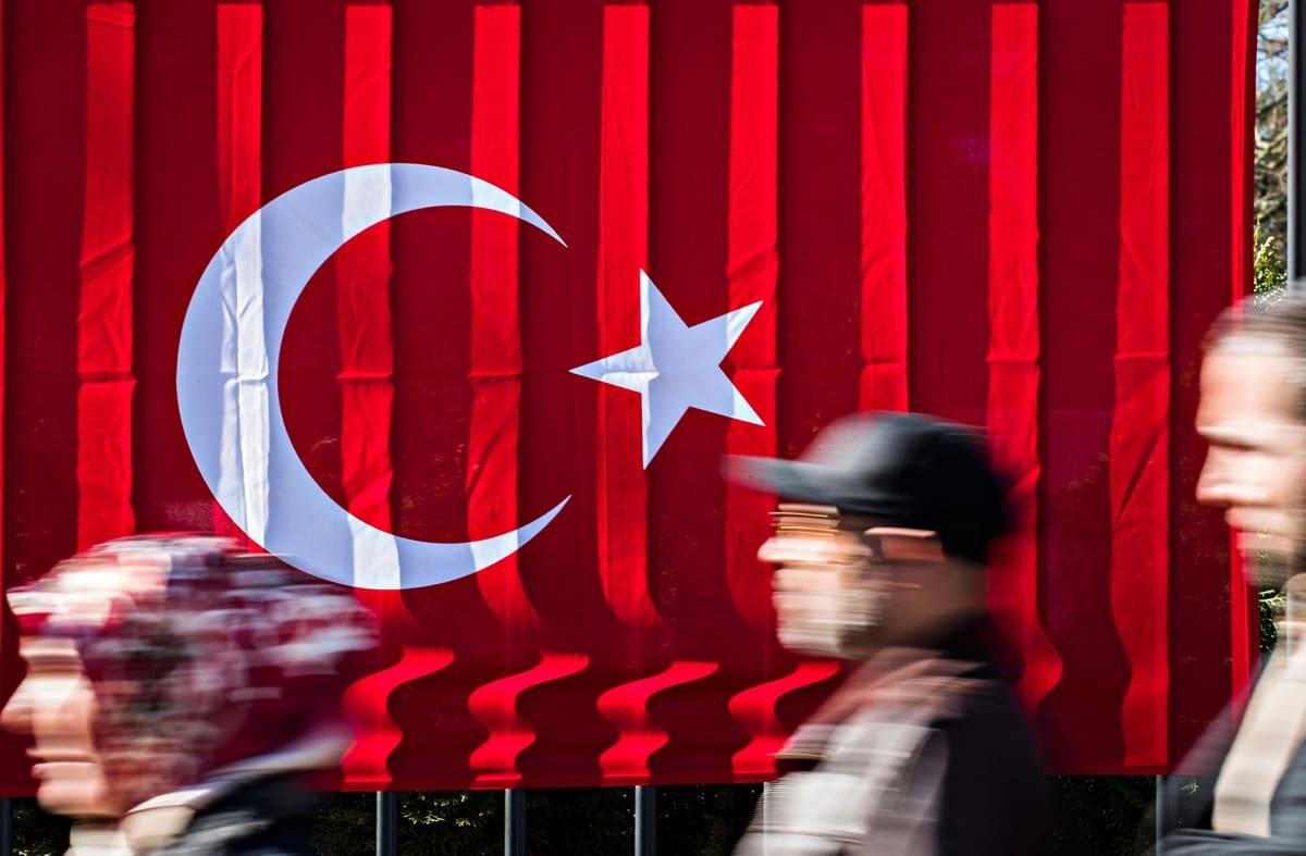 Saksassa asuvia turkkilaisia jonottamassa Turkin konsulaattiin Berliinissä maaliskuun lopulla.