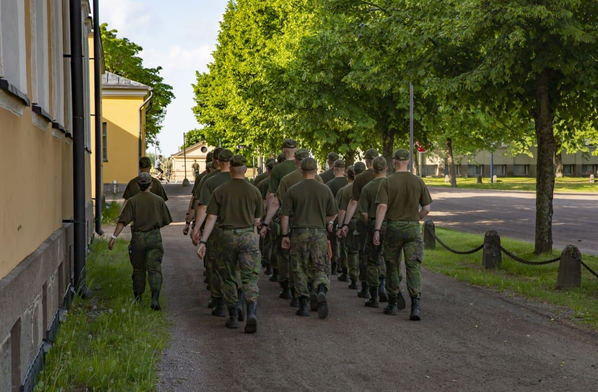 Nuoria miehiä armeijassa marssii Haminassa.