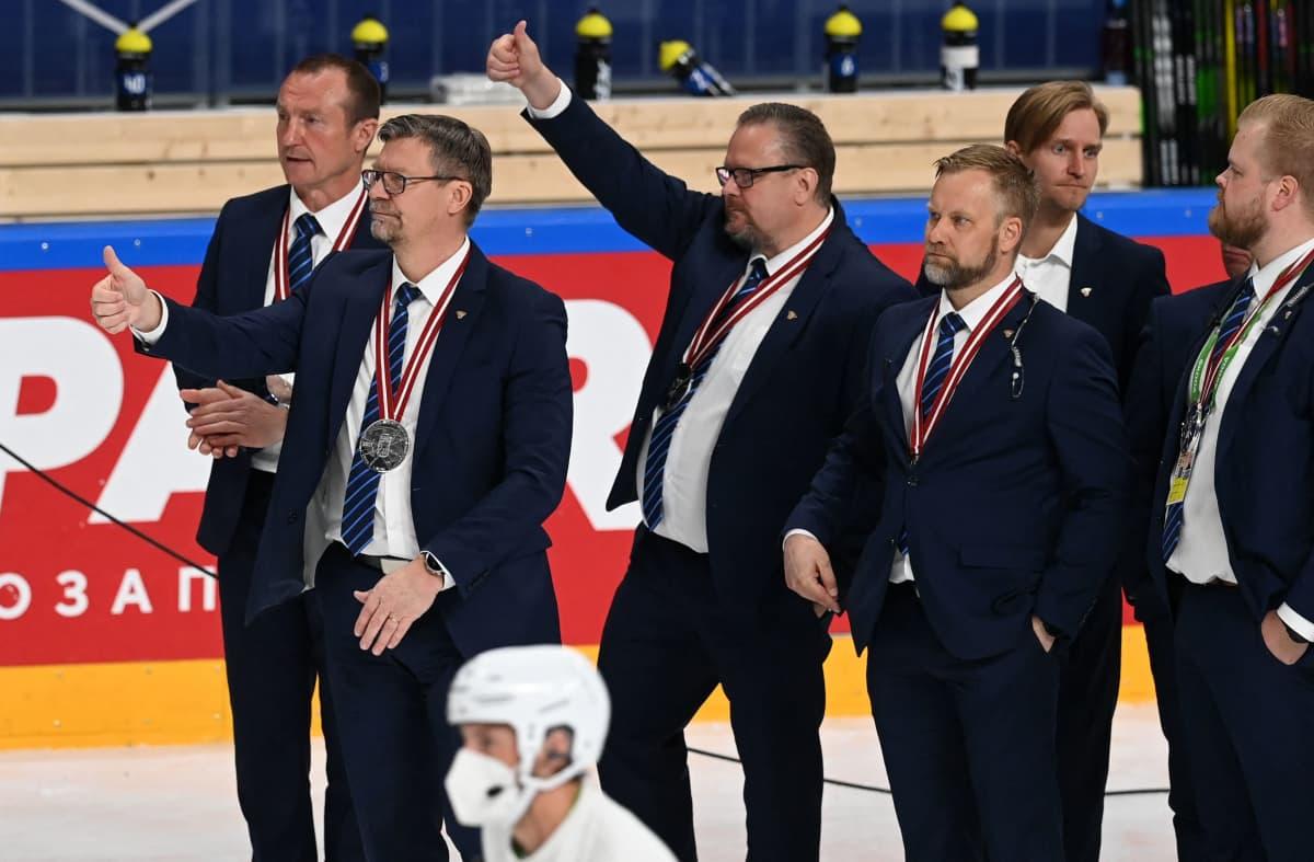 Suomen valmennusjohdon ja johtoryhmän jäseniä peukuttamassa Kanadan voittoa.