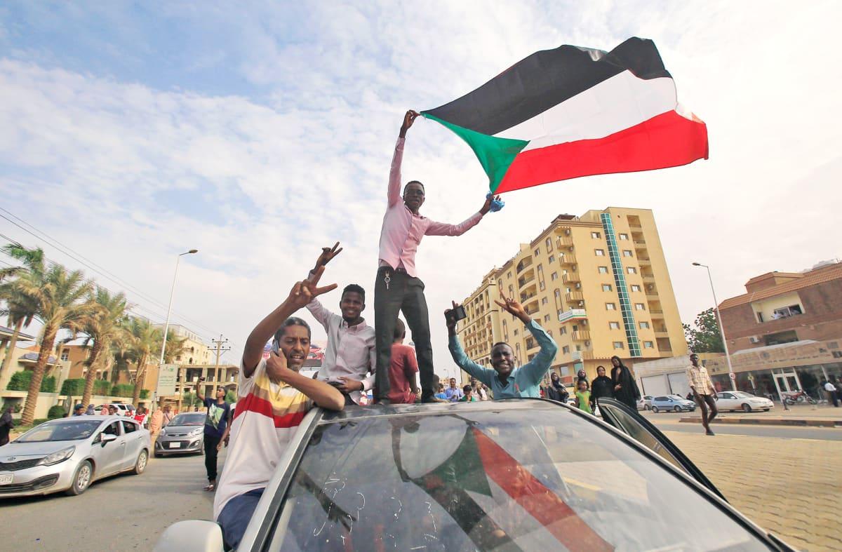 Sudanilaisia mielenosoittajia Khartoumissa.