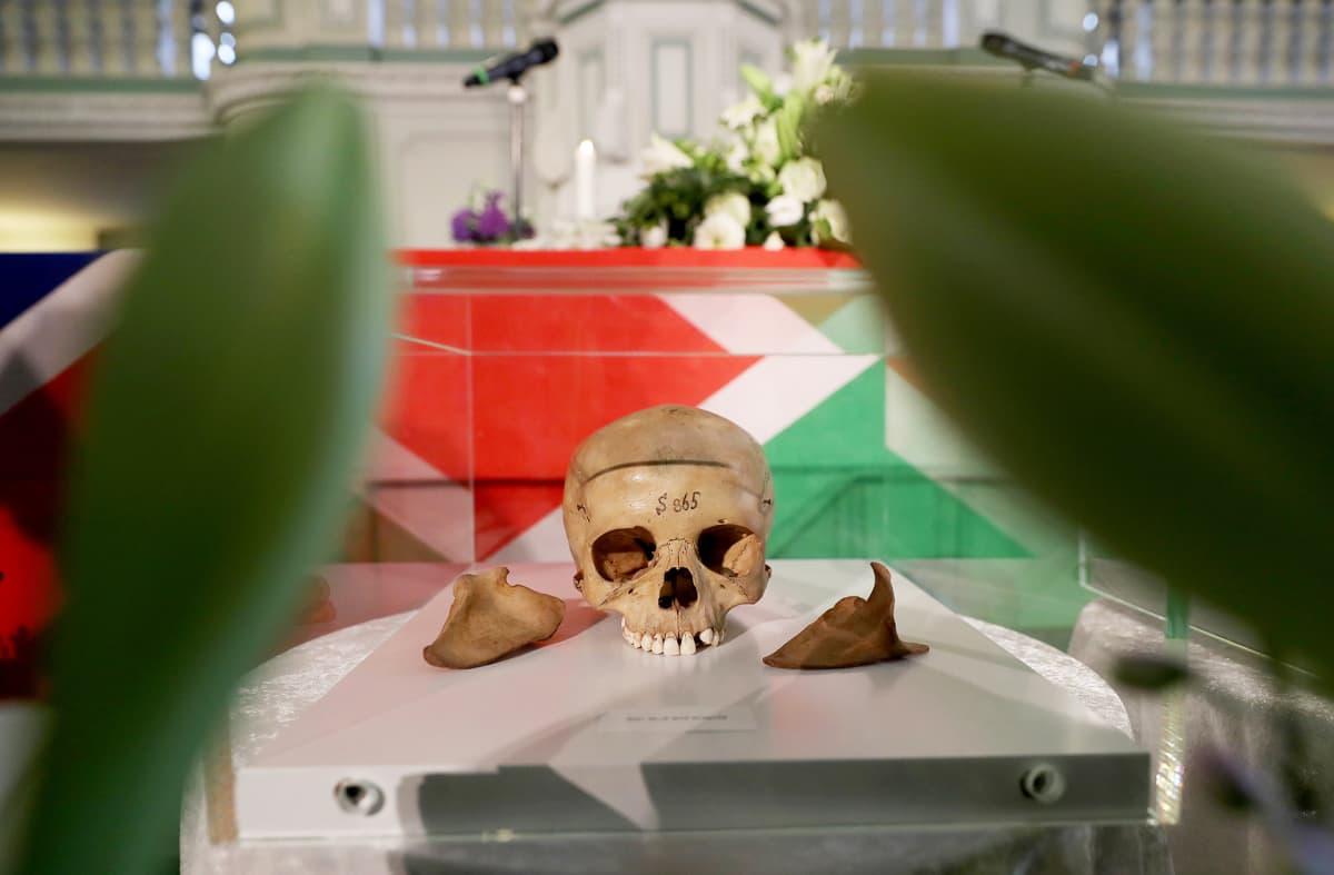 Saksa palautti siirtomaakaudella kuolleiden namibialaisten jäännöksiä seremoniassa Berliinissä elokuussa 2018.