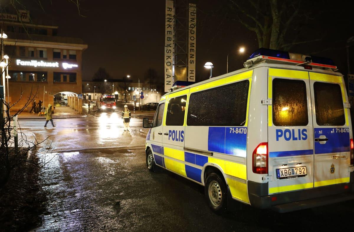 Poliisiauto kadulla.