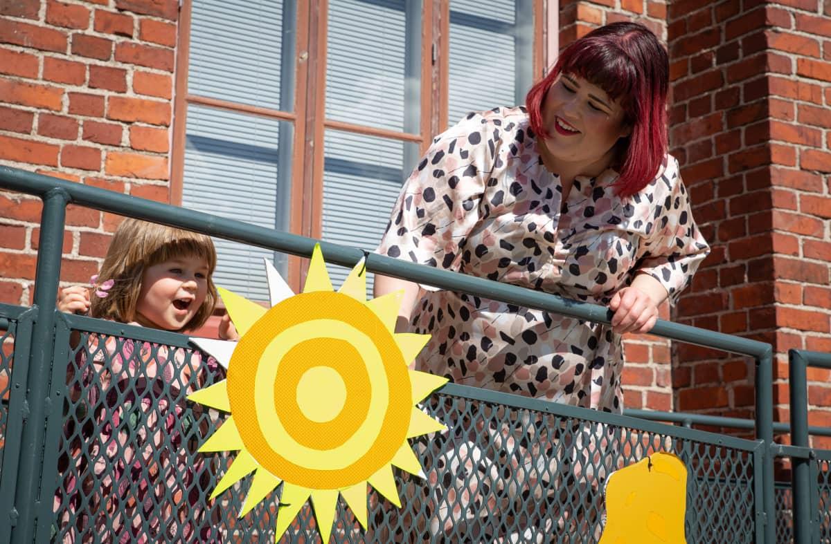 Tiia Trogen ja Sofia-tytär ihailevat pahvista aurinkoa.