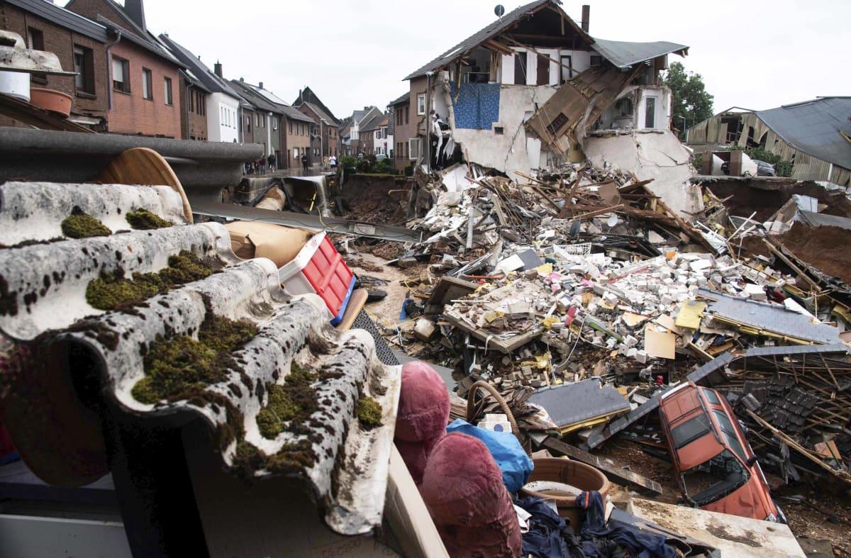 Rankkasateiden ja tulvien aiheuttamaa tuhoa.