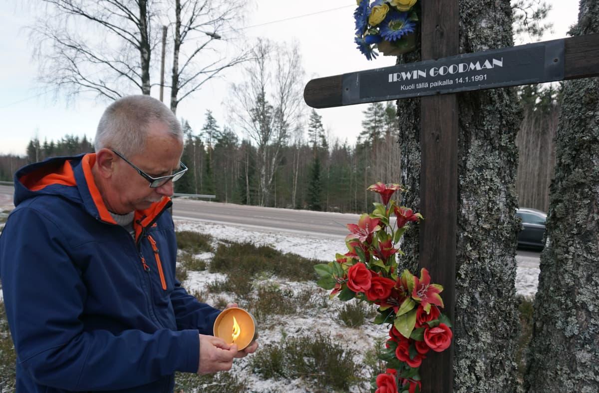 Juhani Tjurin Irwin-muistomerkillä
