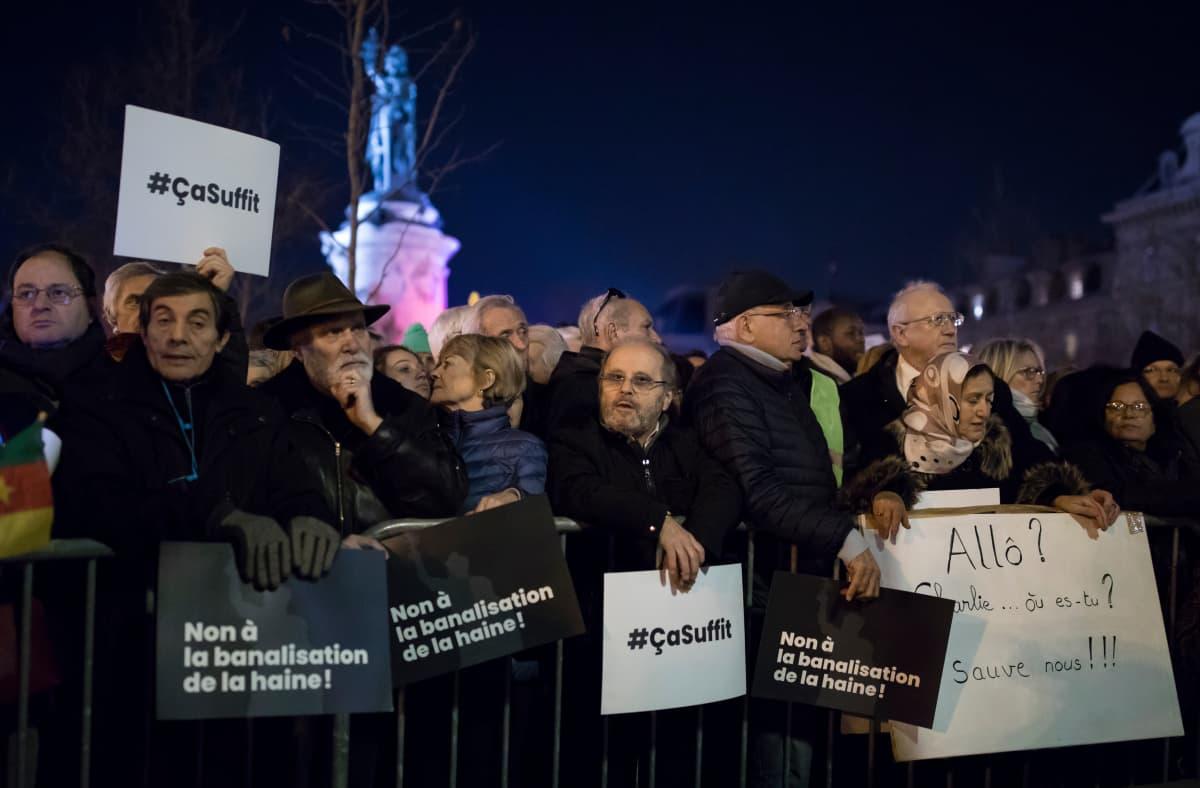 Tuhannet ranskalaiset kokoontuivat tiistaina illan pimetessä Pariisin Tasavallan aukiolle vastustamaan väkivallantekoja ja vihapuhetta.