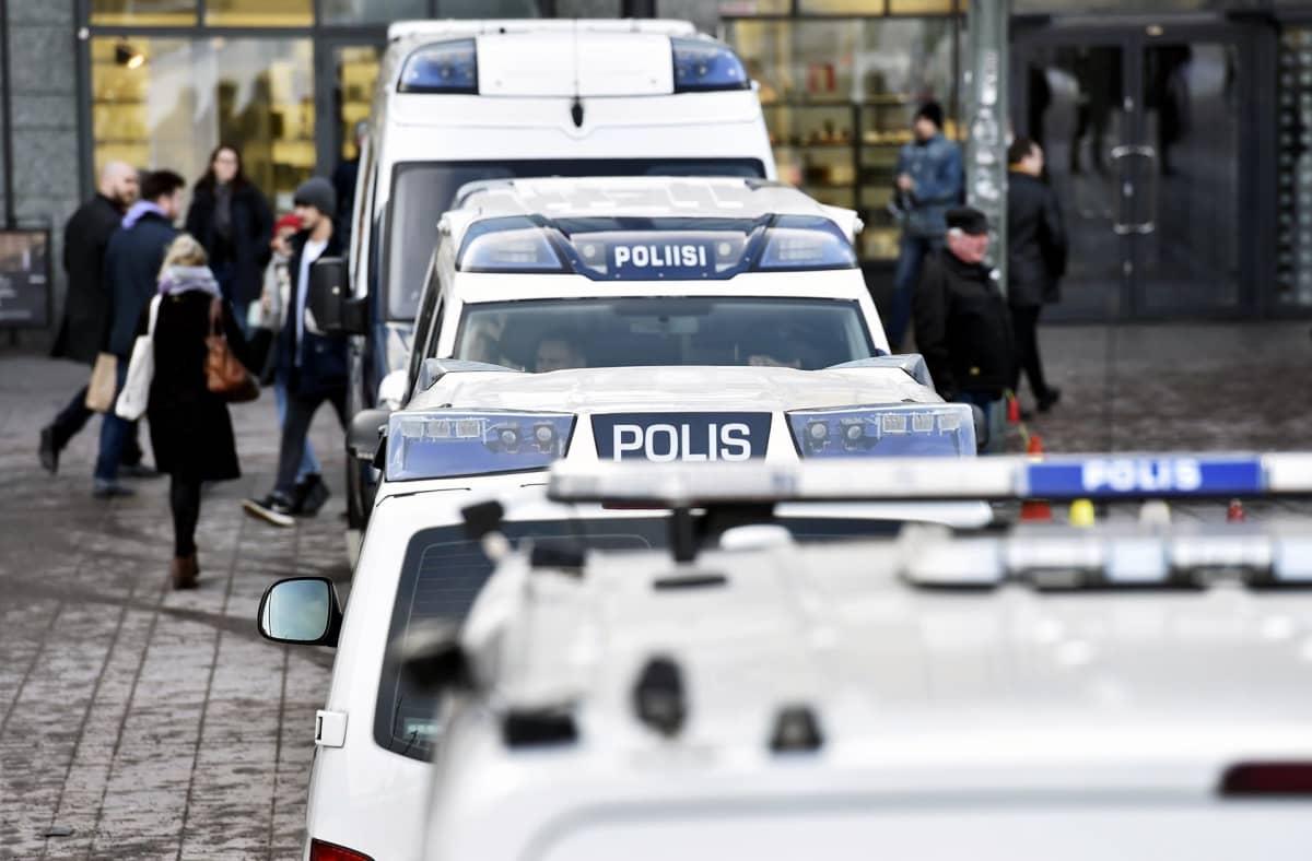 Poliiseja Helsingin Narinkkatorilla.