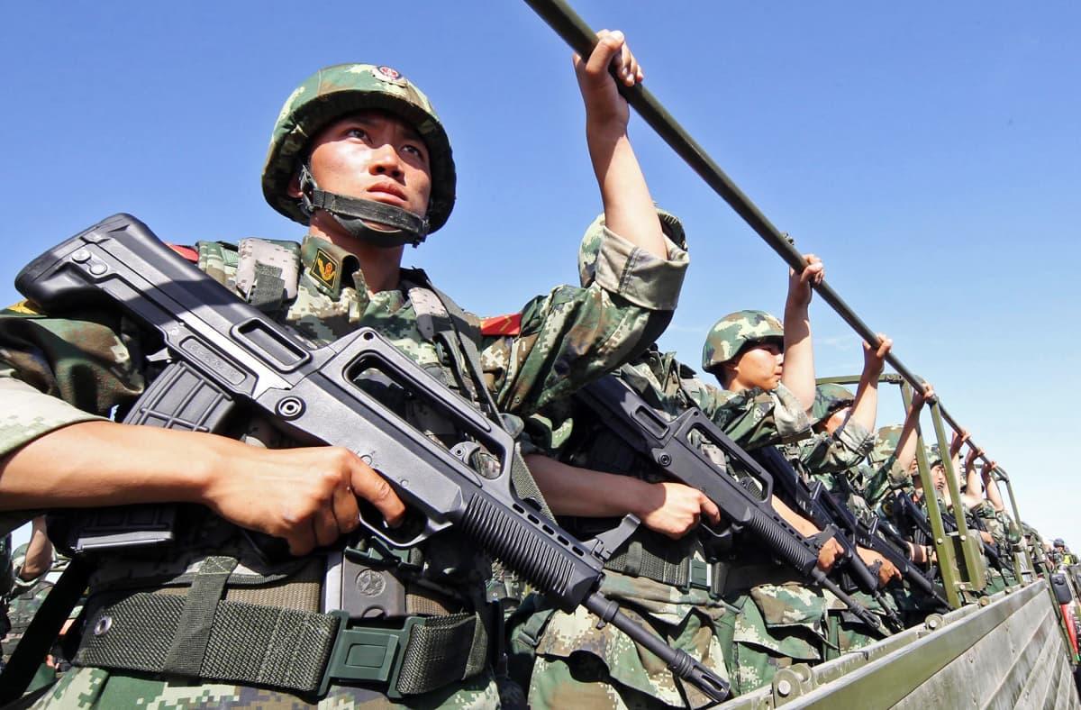 Sotilaspoliiseja rivissä.