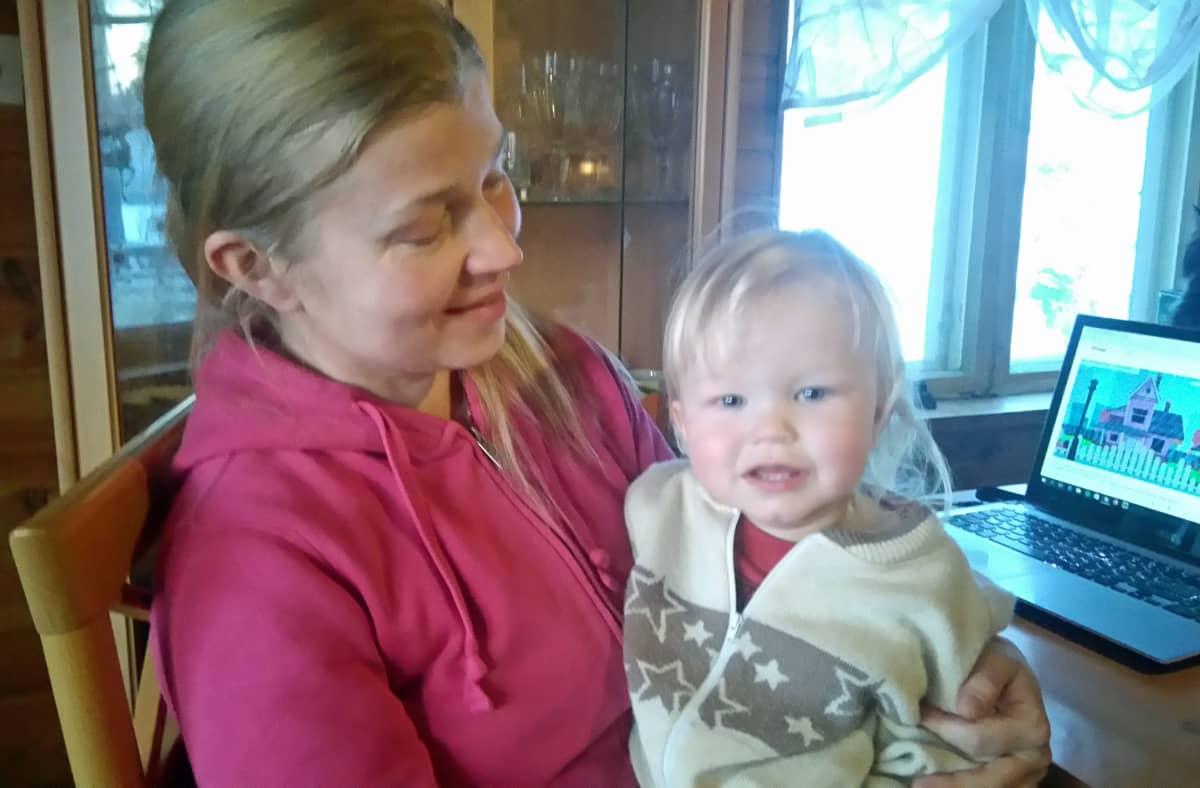 Nina Eistiö ja poika sylissä