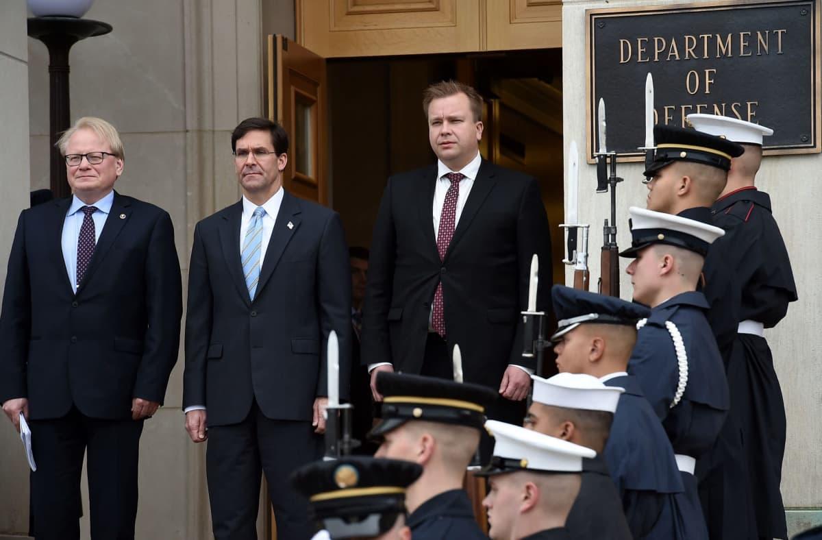 Suomen puolustusministeri, keskustan Antti Kaikkonen (oik.) tapasi Washingtonissa Yhdysvaltain puolustusministeri Mark Esperin (keskellä) sekä Ruotsin puolustusministeri Peter Hultqvistin.