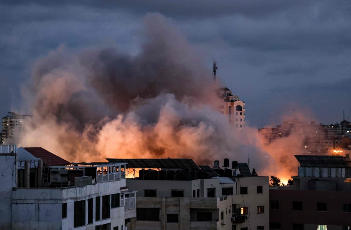 Savu nousee rakennusten ylle Israelin ilmaiskun jälkeen Gazassa.