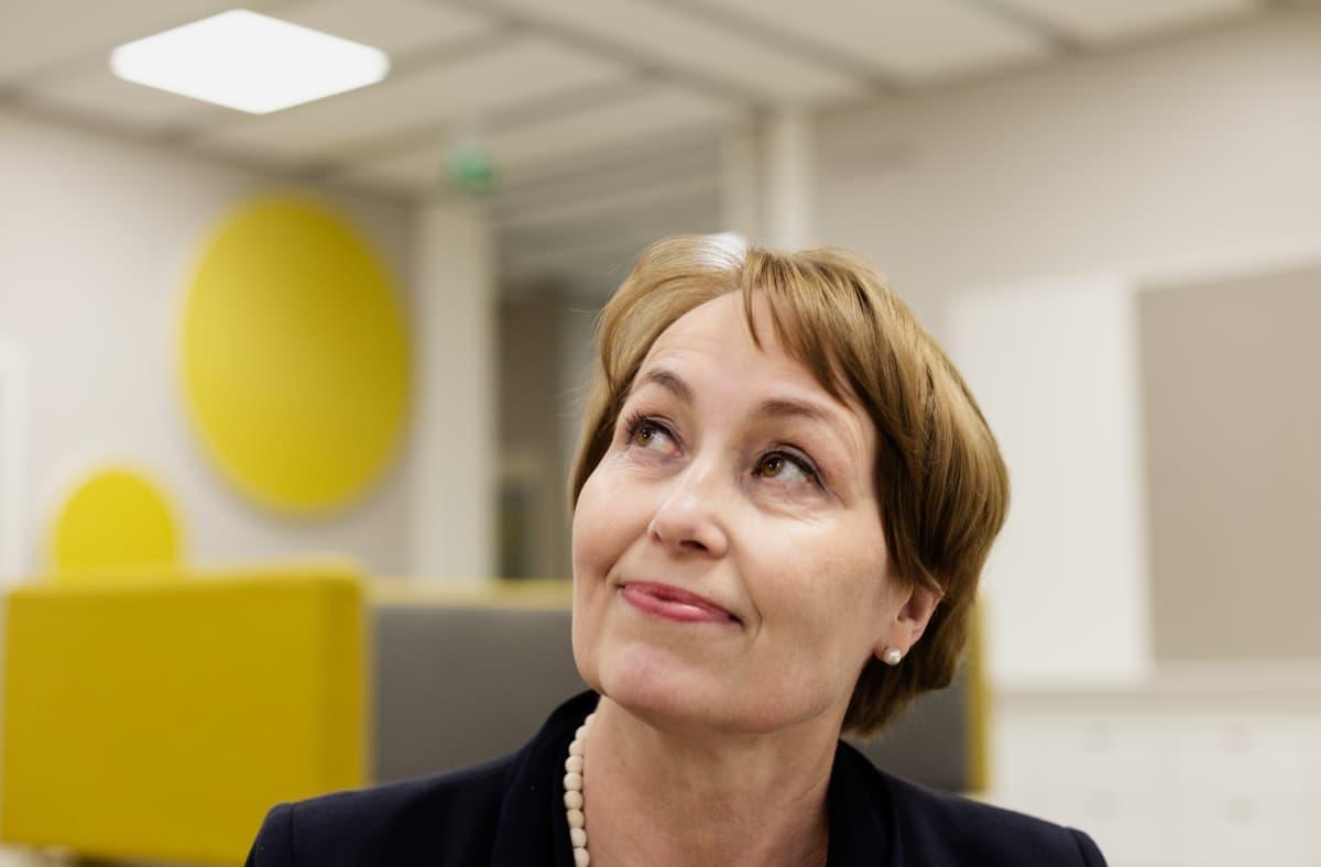 Entinen kansanedustaja Raija Vahasalo luotsaa Gesterbyn koulua Kirkkonummella.