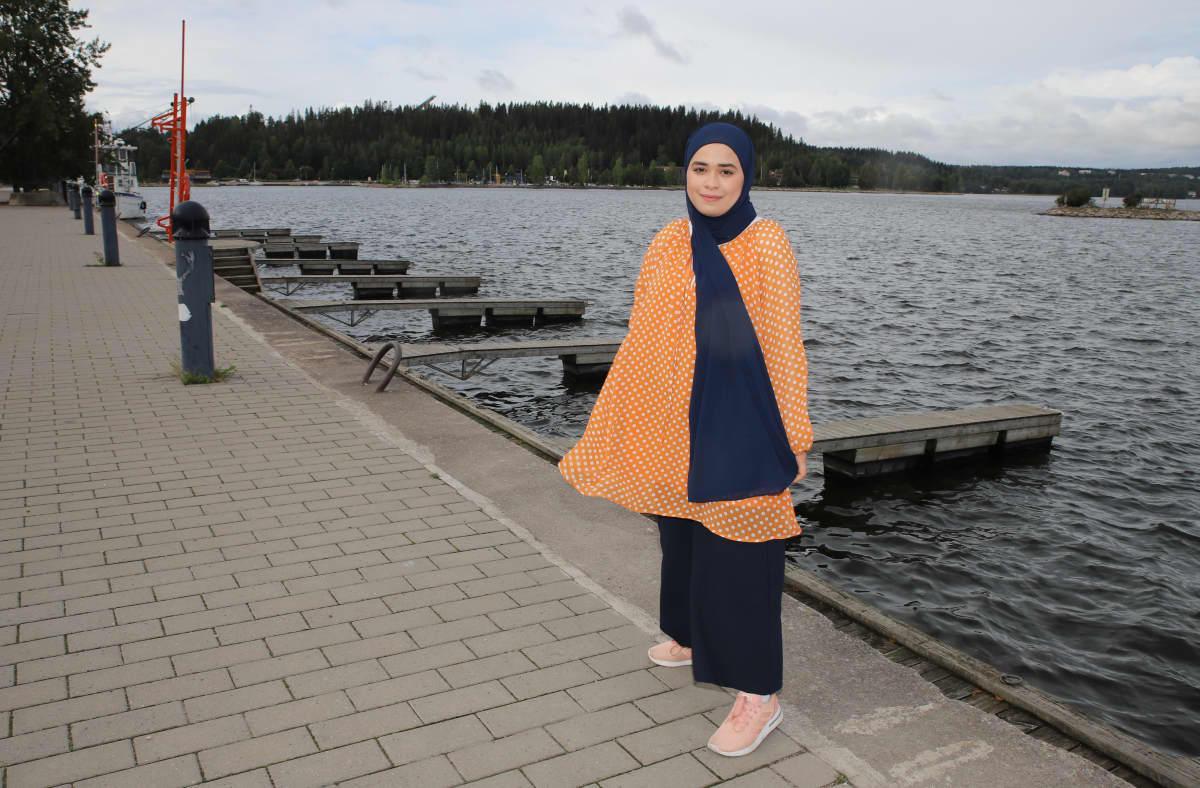 Rand Mohamad Deeb hymyilee Lahdessa järven vieressä