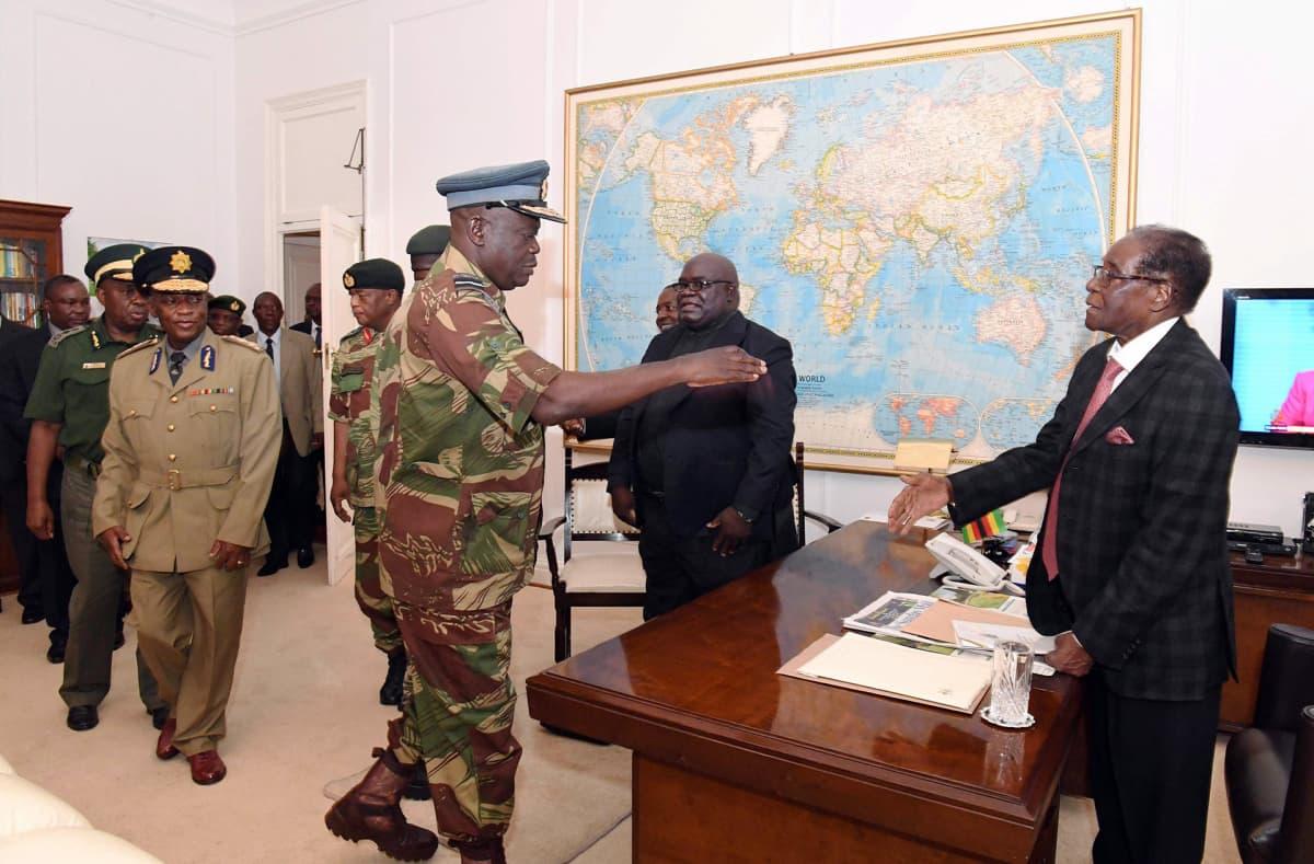 Zimbabwen ilmavoimien komentaja Perence Shiri tervehti maan presidenttiä Robert Mugabea (oik.) Hararessa 19.11.2017.