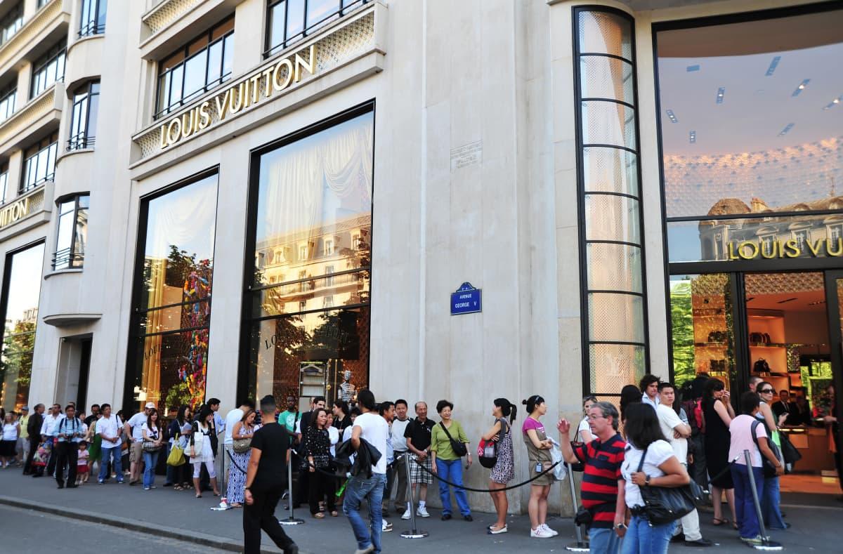 japanilaisturistit jonottavat Vuittonin liikkeeseen Pariisissa vuonna 2010