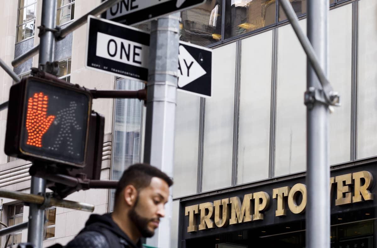Trump Tower. Etualalla mustaihoinen mies.
