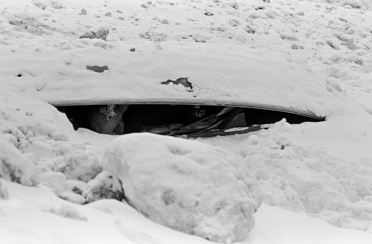 Historiallisessa kuvassa on veneen alla asuva mies Helsingissä 1970-luvulla.