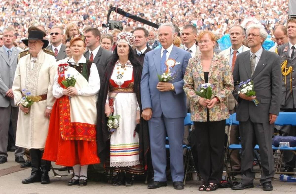 Suomen ja Viron presidentit vierailevat säännöllisesti toistensa luona. Viron kielen taidostaan tunnettu presidentti Tarja Halonen osallistui Tallinnan laulujuhlille vuonna 2004.