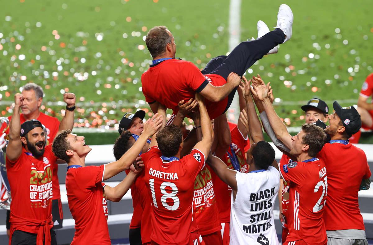 Pelaajat heittivät päävalmentaja Hansi Flickin ilmaan mestaruusjuhlissa.