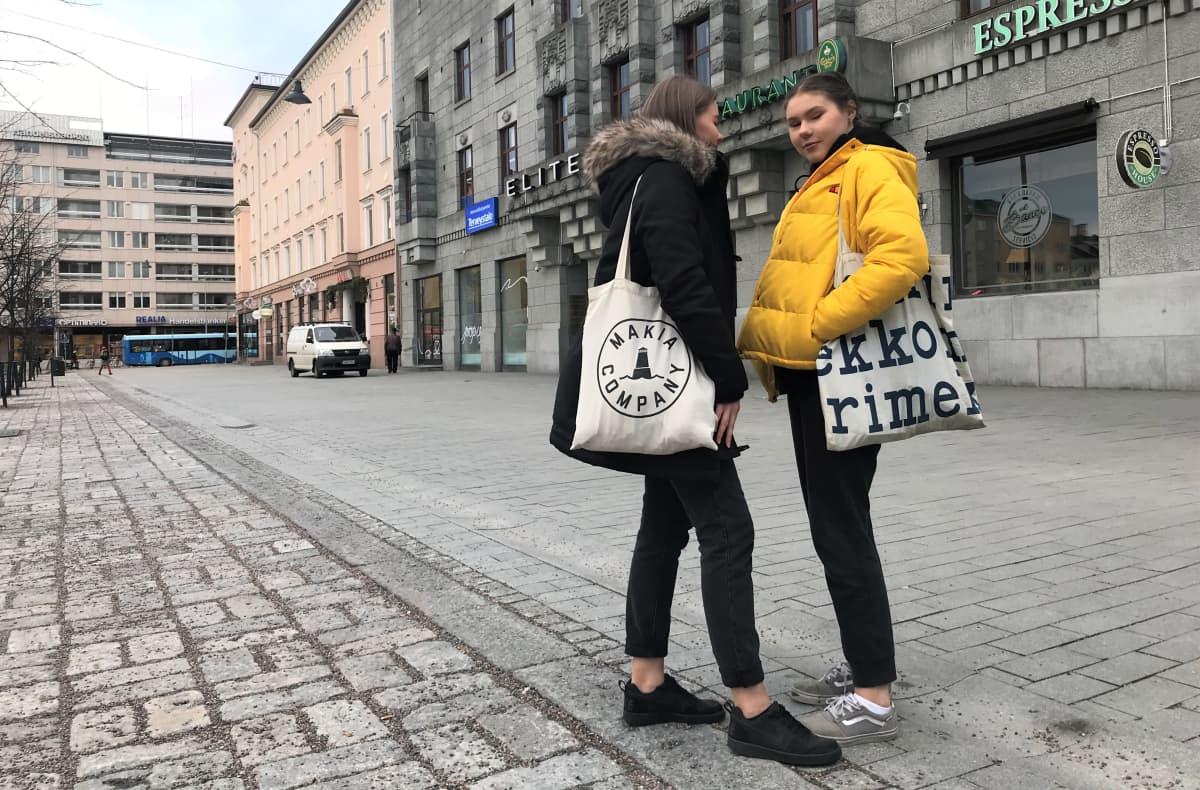 Melissa Talvio ja Siiri Savolainen puuvillakasseineen