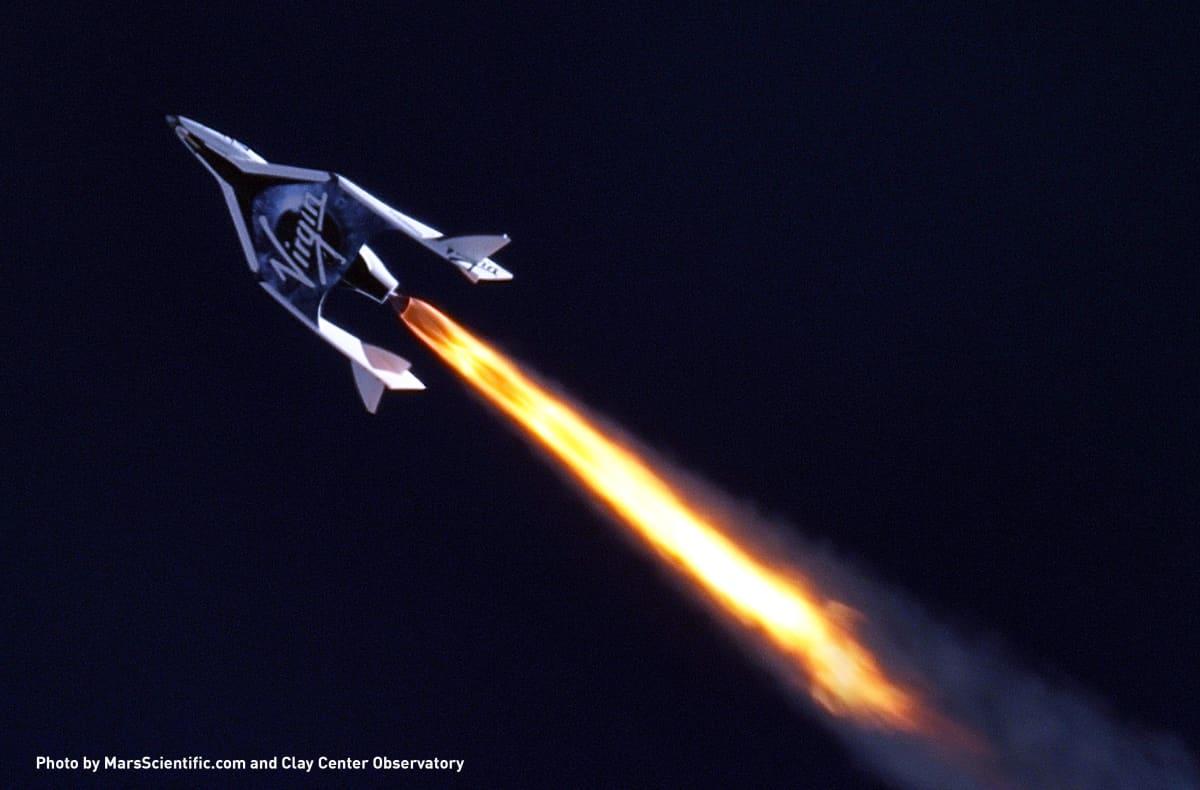Spaceship2-alus on sytyttänyt rakettinsa ja kiihdyttää kohti taivasta.