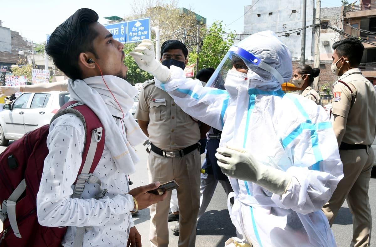 Koronatestausta Intian pääkaupungissa Delhissä. Alueen viranomaiset kehottavat kaupunkilaisia käyttämään kasvomaskeja, pitämään turvavälejä ja välttämään tarpeetonta matkustamista nousseiden tartuntalukujen takia.
