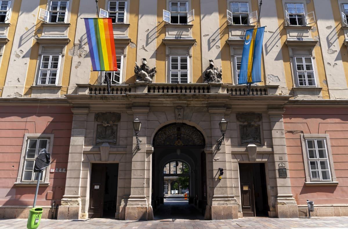 Pride-lippuja Budapestissa 2021.