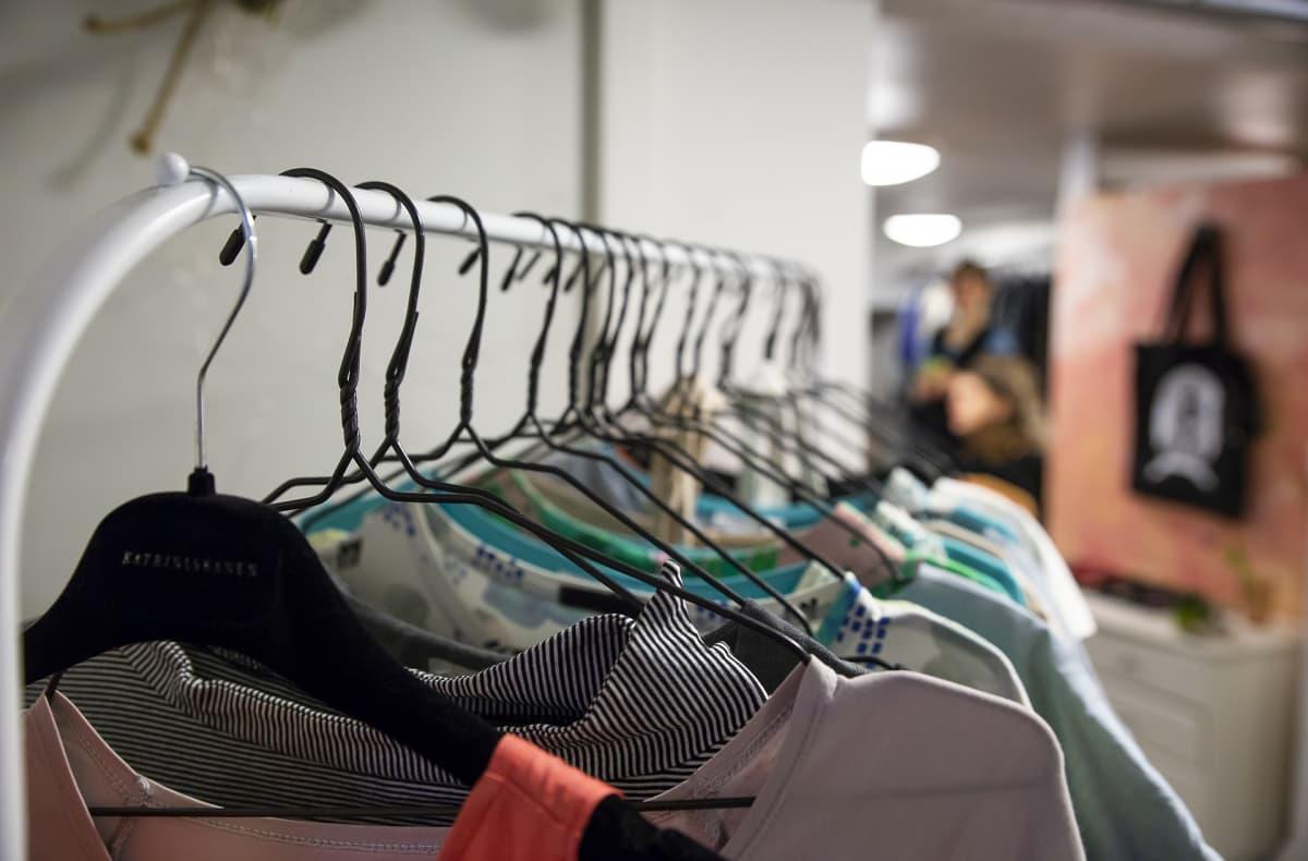 vaatteita roikkuu vaaterekissä
