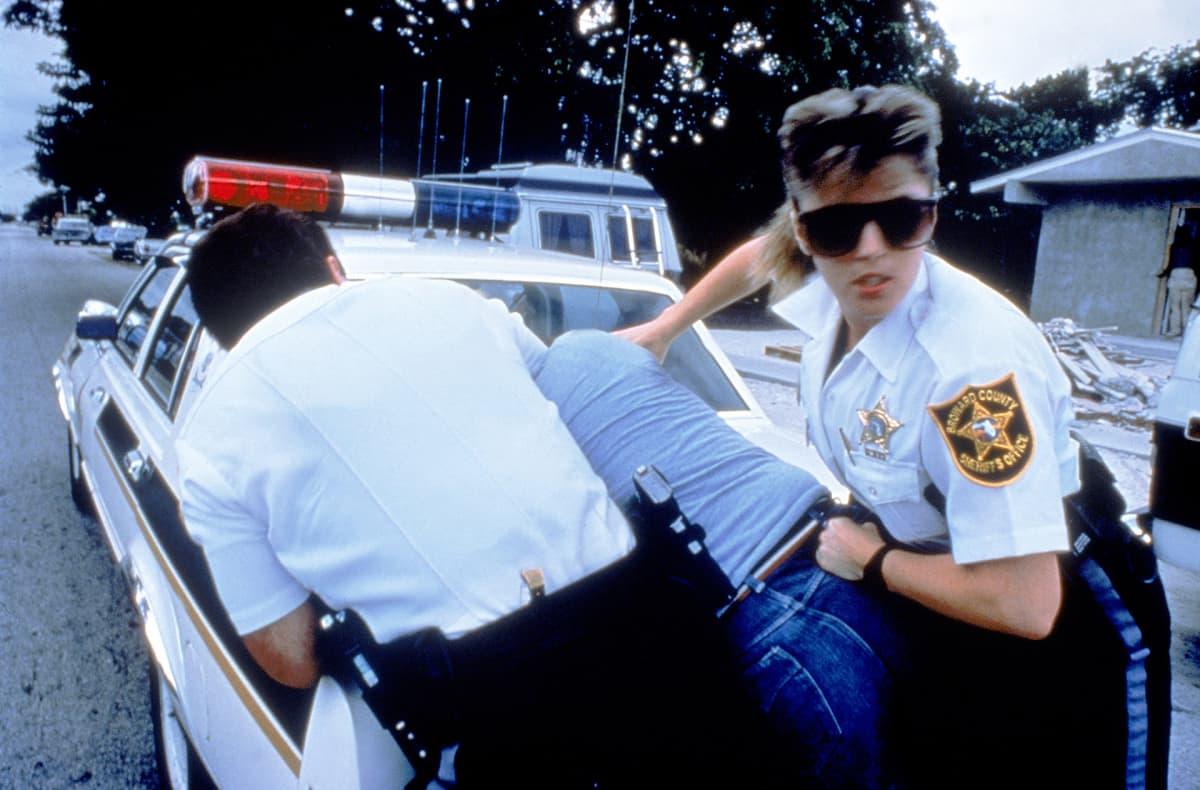poliisit pidättämässä henkilöä