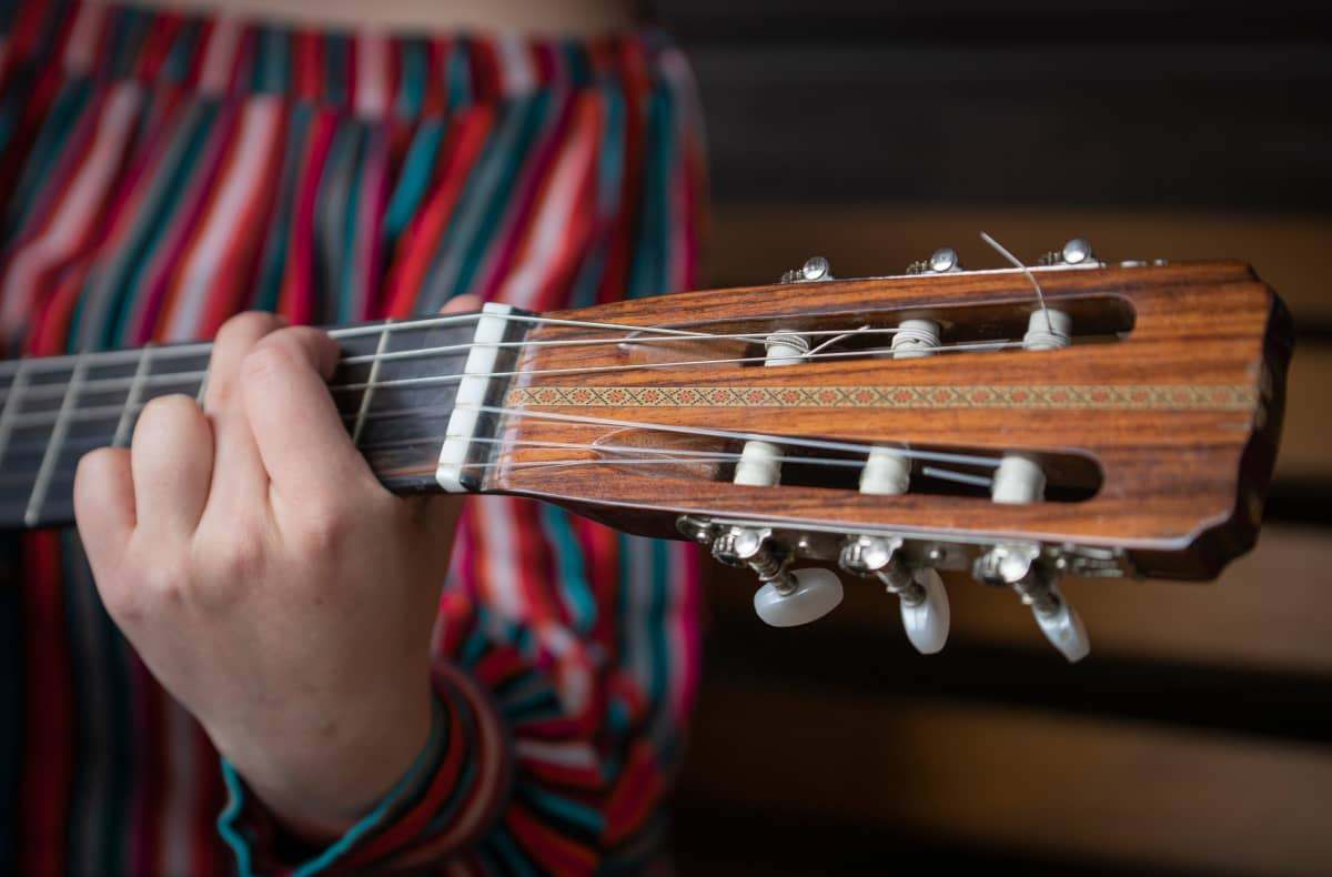 Veera Ehtee-Kohtamäki soittaa kitaraa
