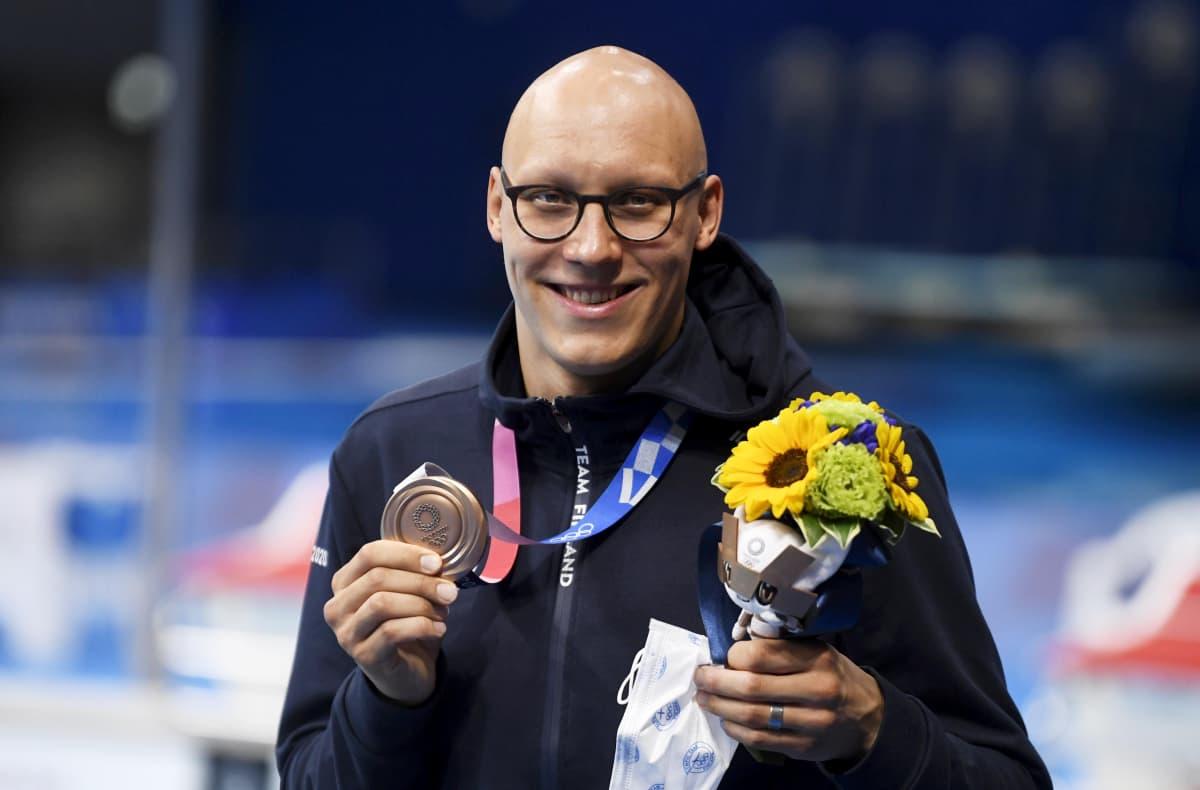 Matti Mattsson visar sin bronsmedalj för kameran.